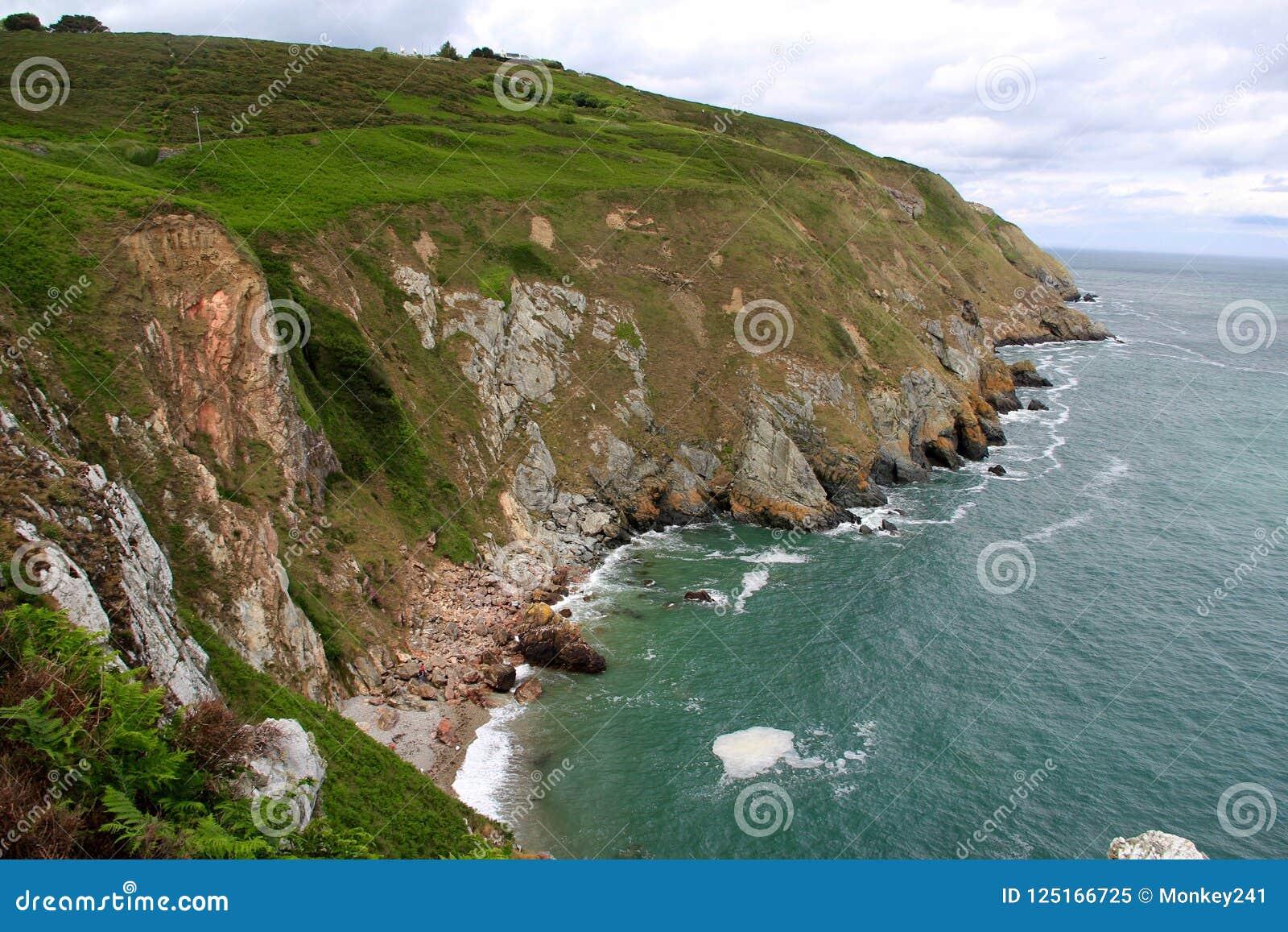Cliff Grandeur fora da costa da Irlanda