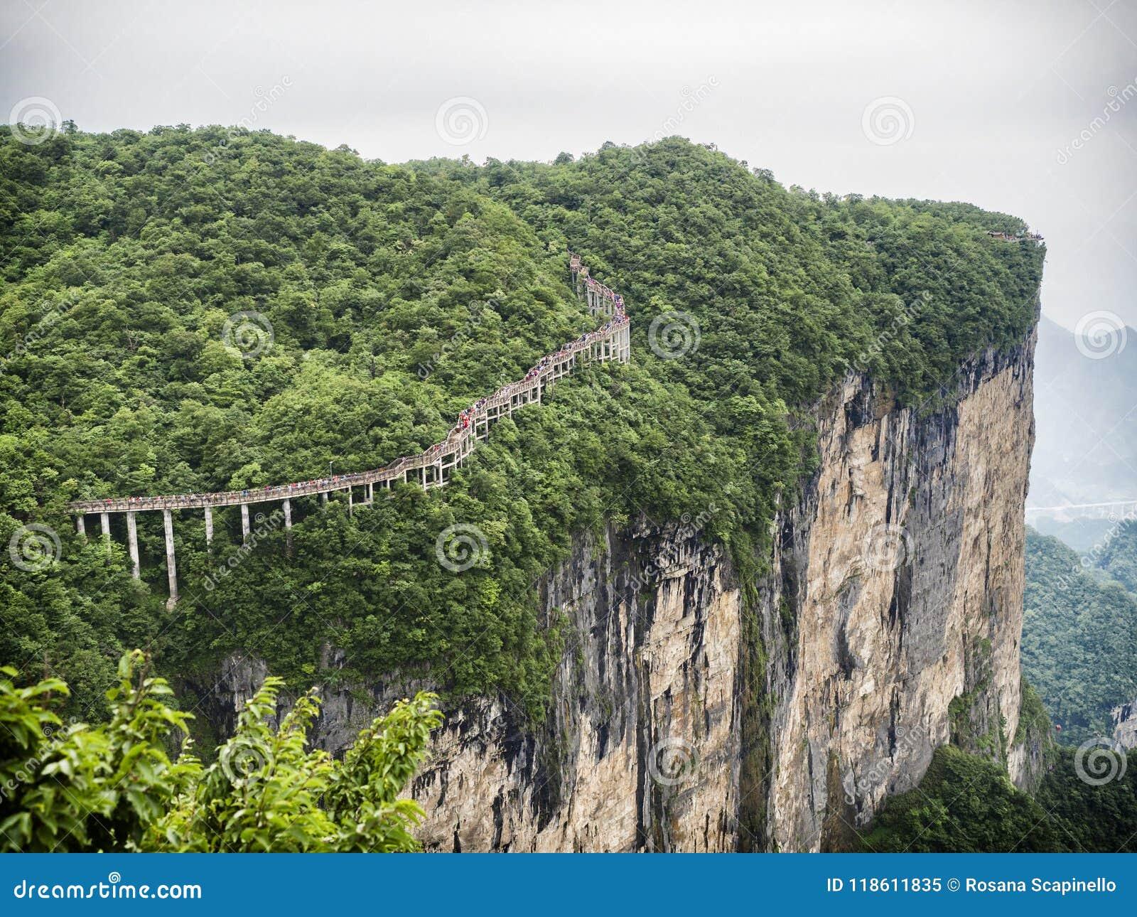 Cliff Hanging Walkway en la montaña de Tianmen, la puerta del ` s del cielo en Zhangjiagie, provincia de Hunán, China, Asia