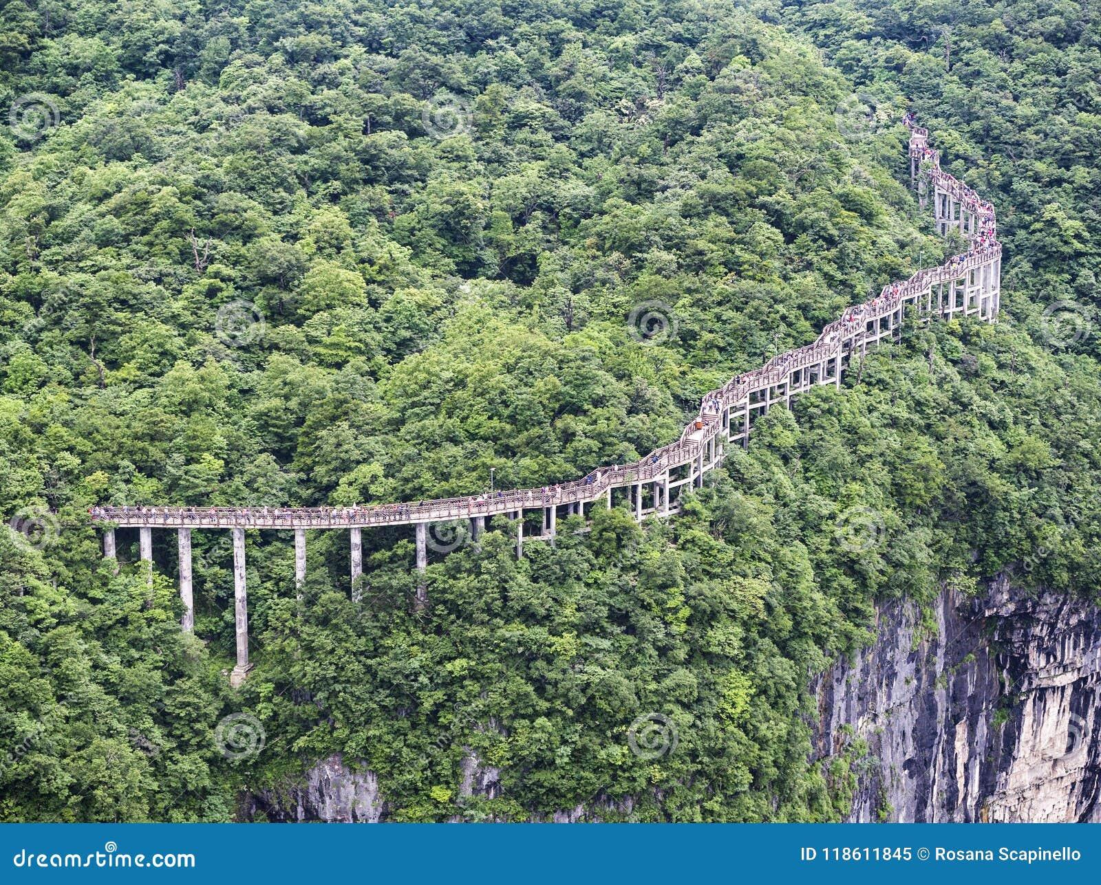 Cliff Hanging Walkway på det Tianmen berget, porten för himmel` s på Zhangjiagie, Hunan landskap, Kina, Asien