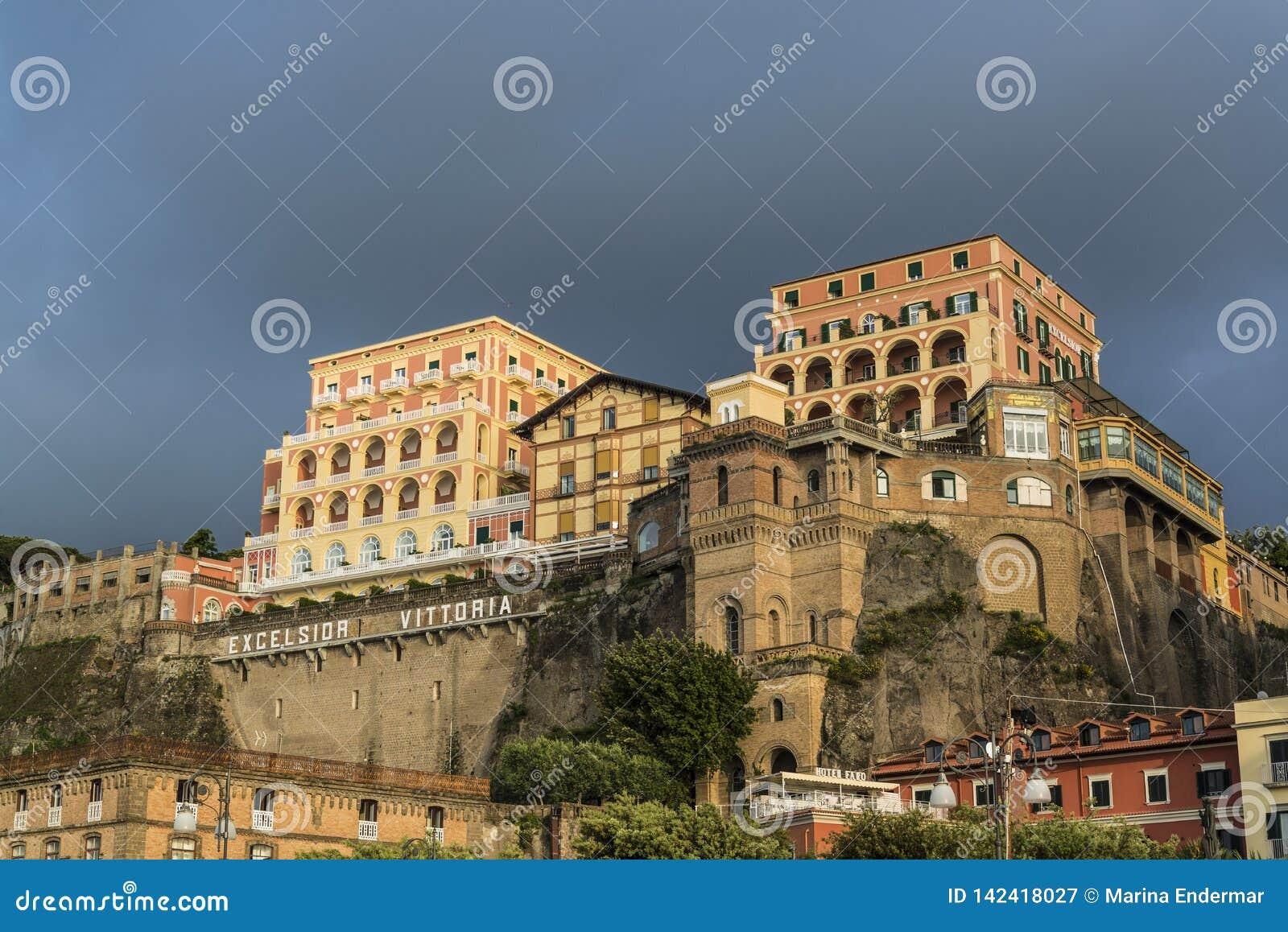 Clifftop被日光照射了盛大旅馆,索伦托,意大利