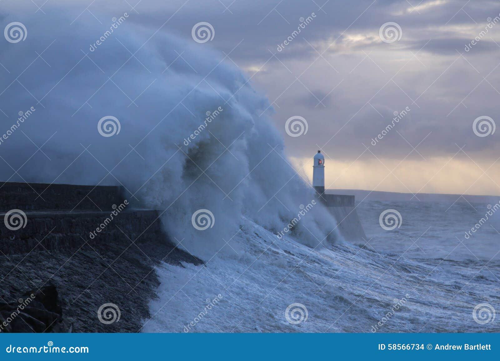 Clima de tempestade no farol de Porthcawl, Gales do Sul, Reino Unido