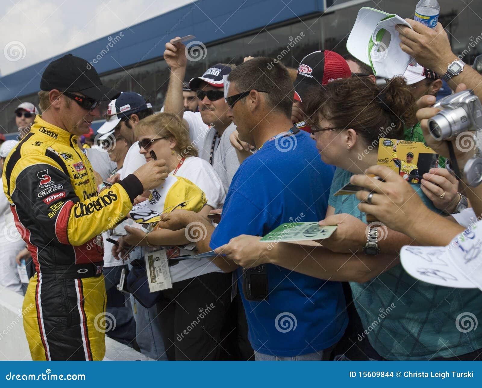 Clint Bowyer ondertekent autographs