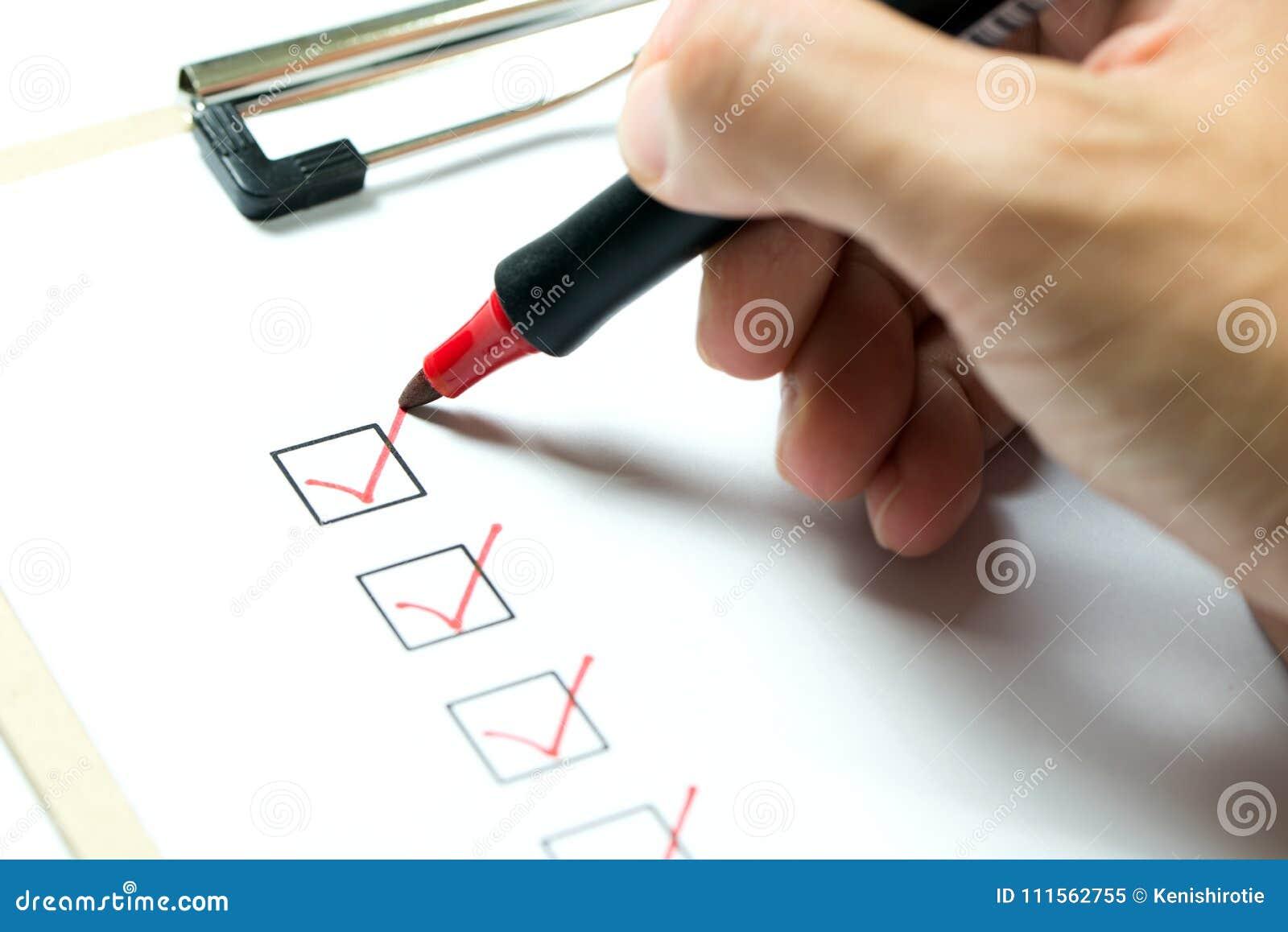 Clipboard контрольного списока маркирует померанцовое пер
