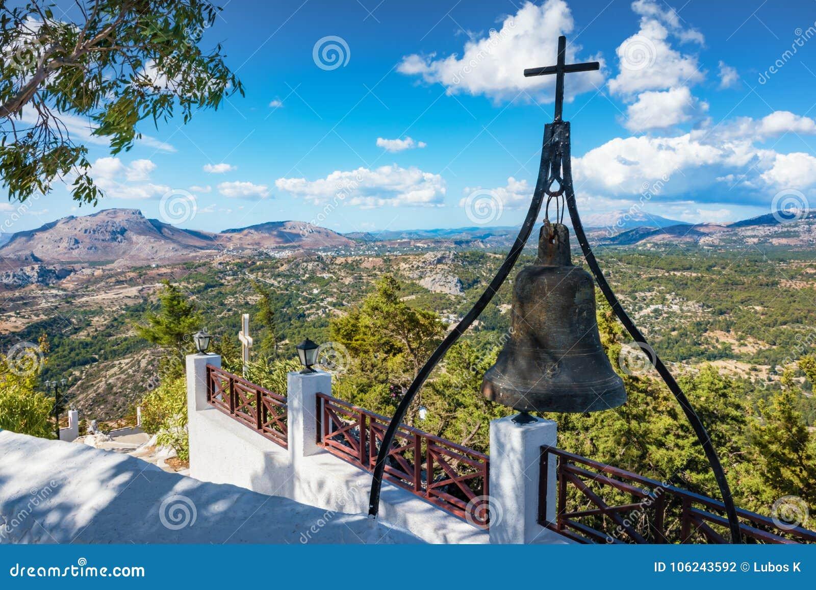 Cloche en bronze avec la croix sur le mur du monastère de Tsambika, RHODES, G