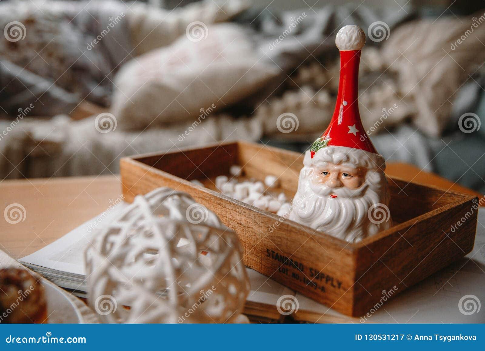 Cloche Santa Claus d argile sur un plateau