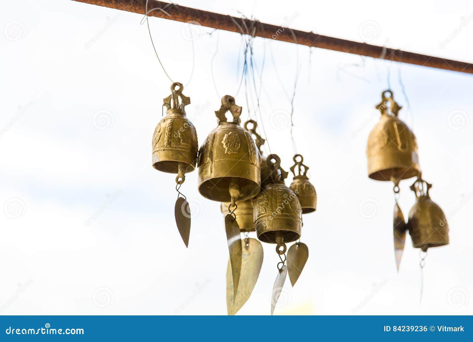 Cloches asiatiques de tradition dans le temple de bouddhisme en île de Phuket, Thaïlande Grandes cloches célèbres de souhait de B