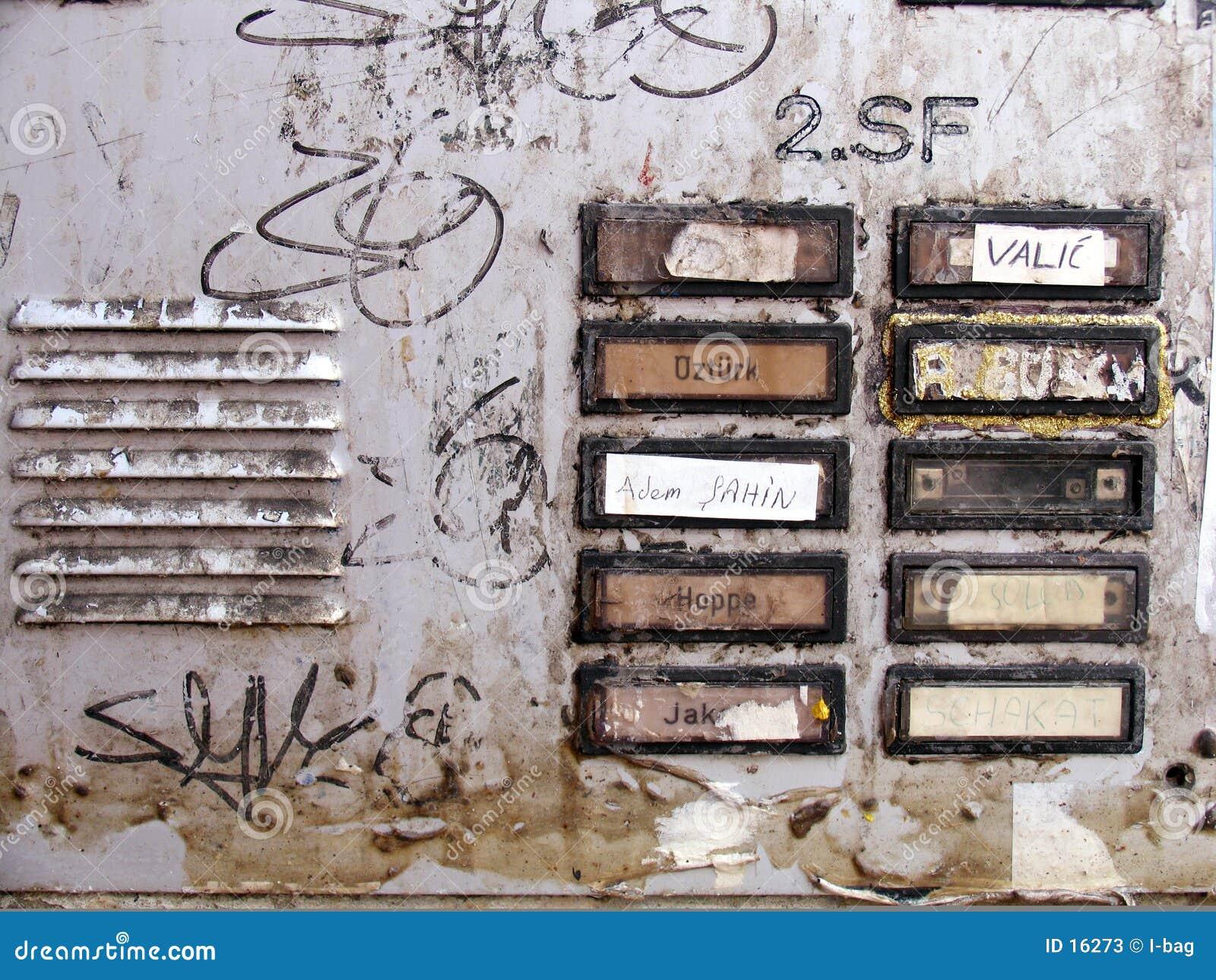 Cloches modifiées à une entrée de maison