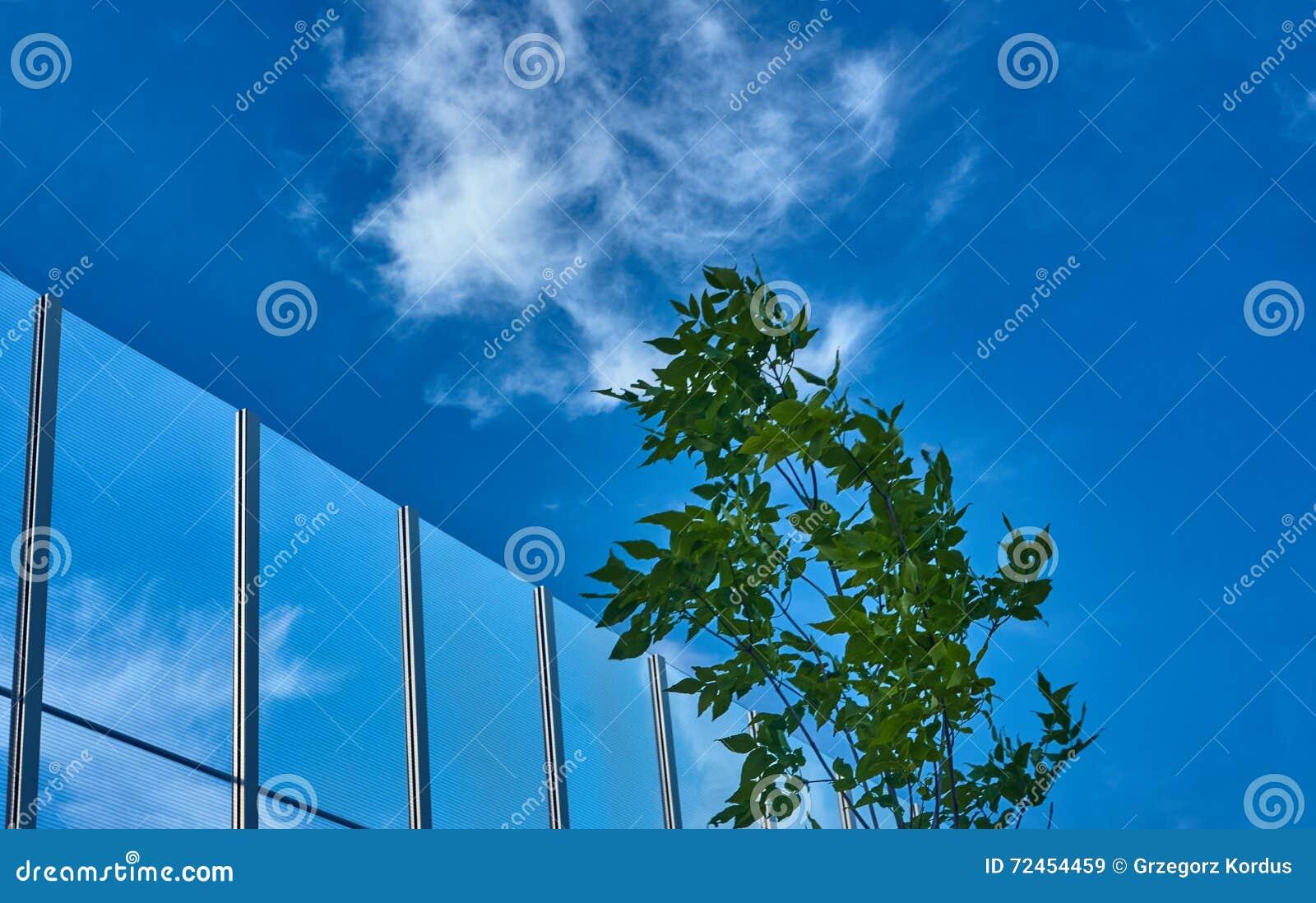 cloison transparente contre le ciel bleu image stock - image du
