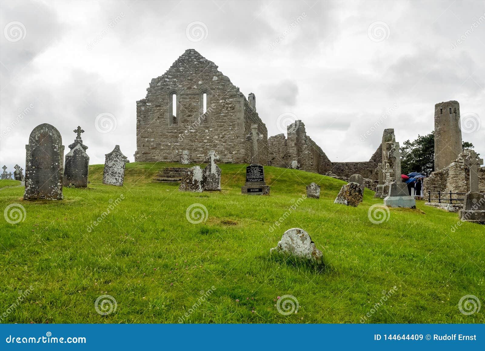 Старый монашеский город Clonmacnoise в Ирландии