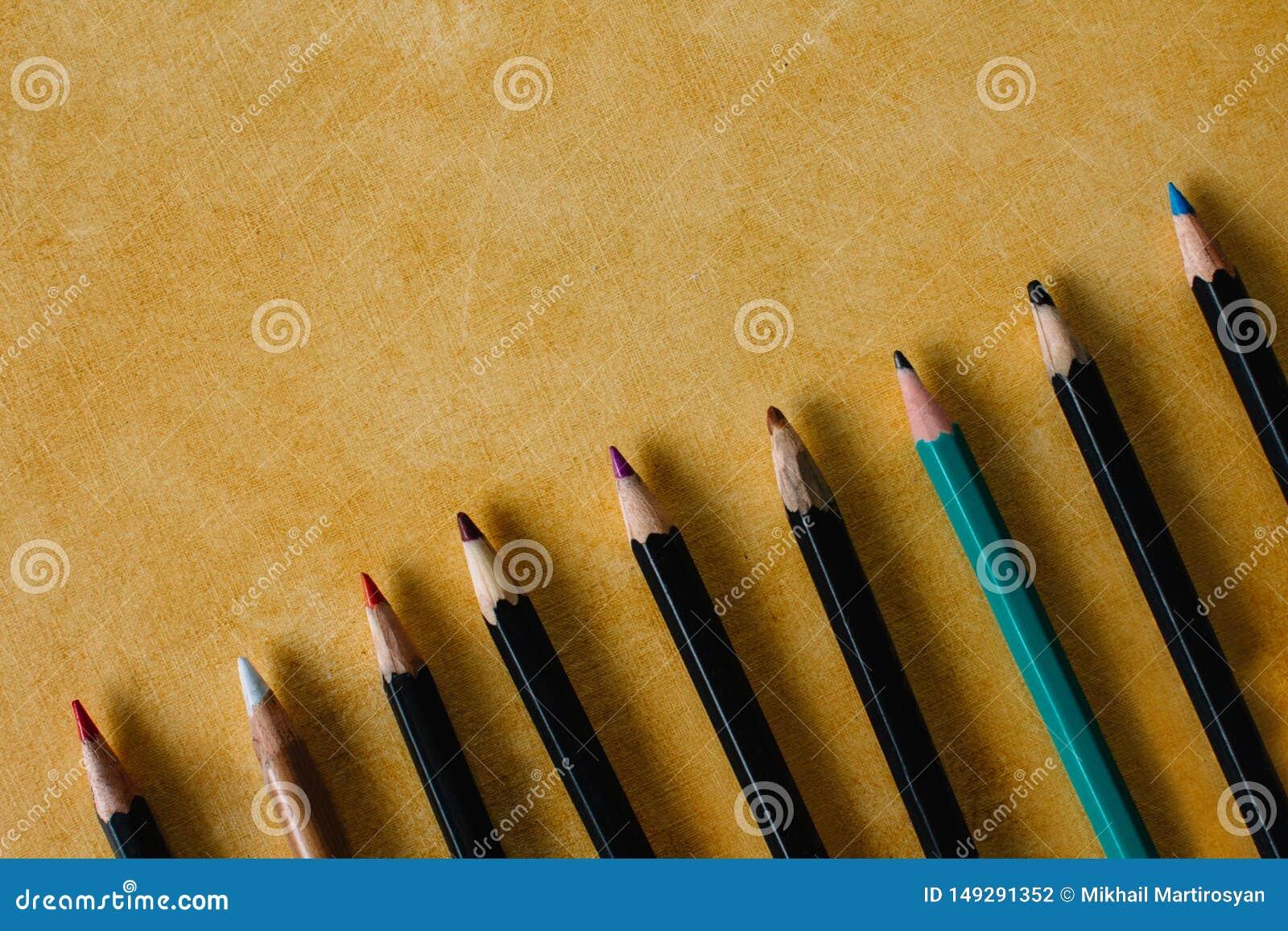 Clored dibujó a lápiz en un fondo de papel de textura del espacio amarillo de la copia del color