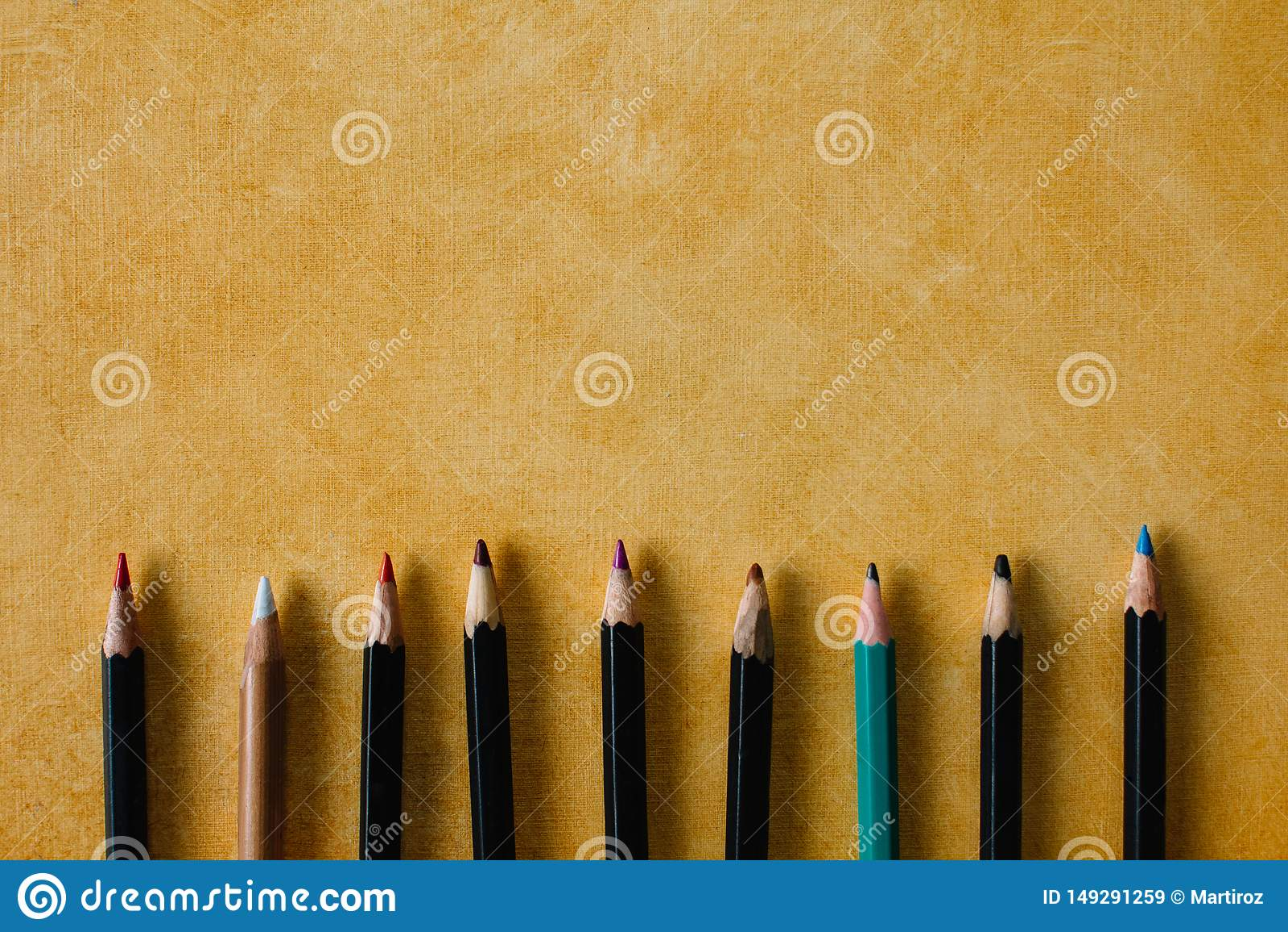 Clored disegna a matita su un fondo di carta strutturale dello spazio giallo della copia di colore