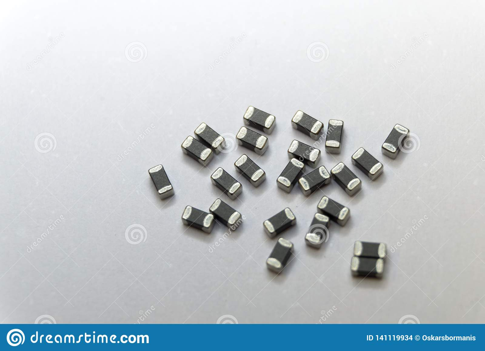 Close-up abstrato de cinzento dispersado 0402 componentes da eletrônica de poder do grânulo de ferrite da microplaqueta da montag