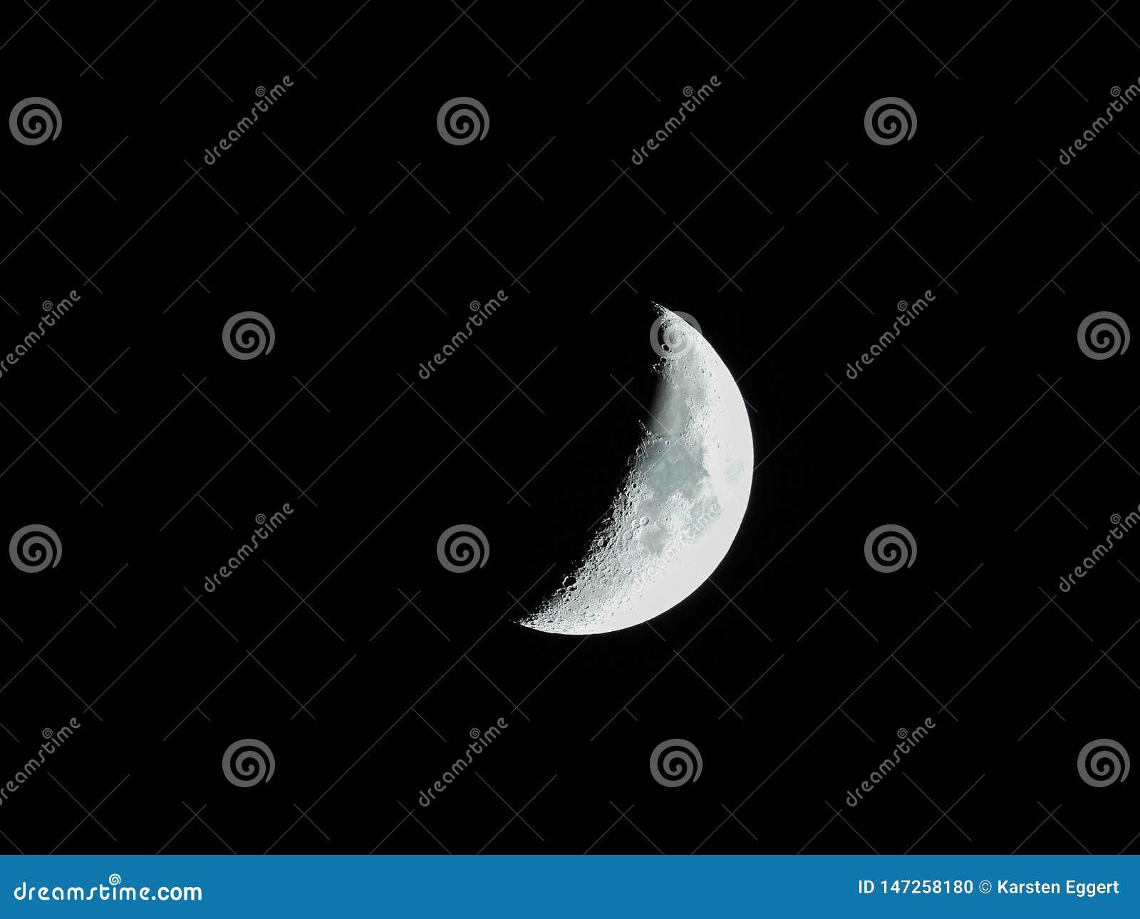 Close-up afiado mesmo da lua crescente de aumenta??o no c?u noturno