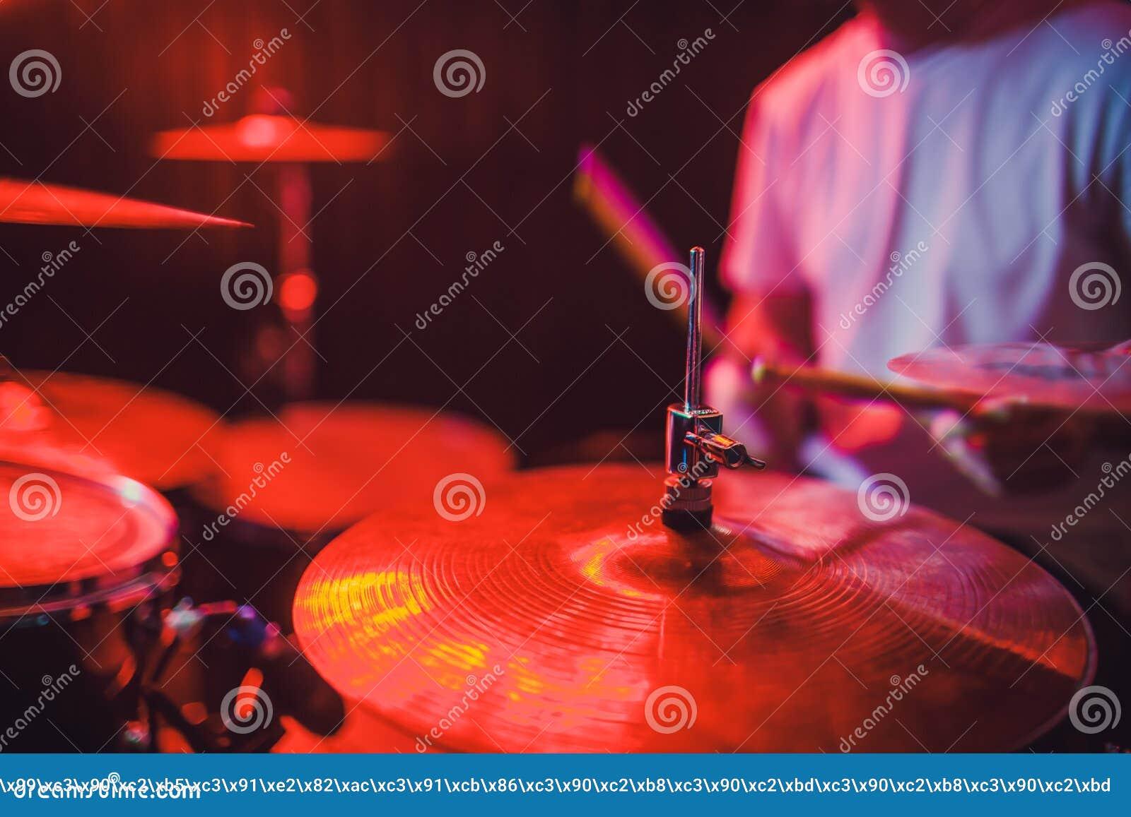 Close up ajustado do cilindro profissional Baterista com cilindros, concerto da música ao vivo