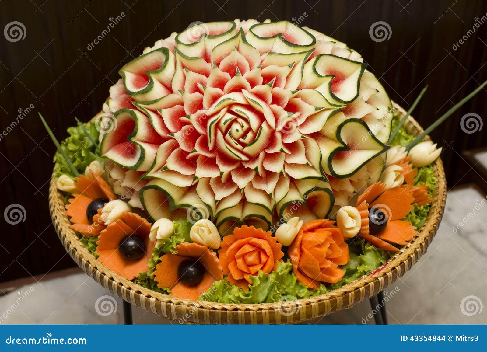 Close up a arte da melancia que cinzela o fruto