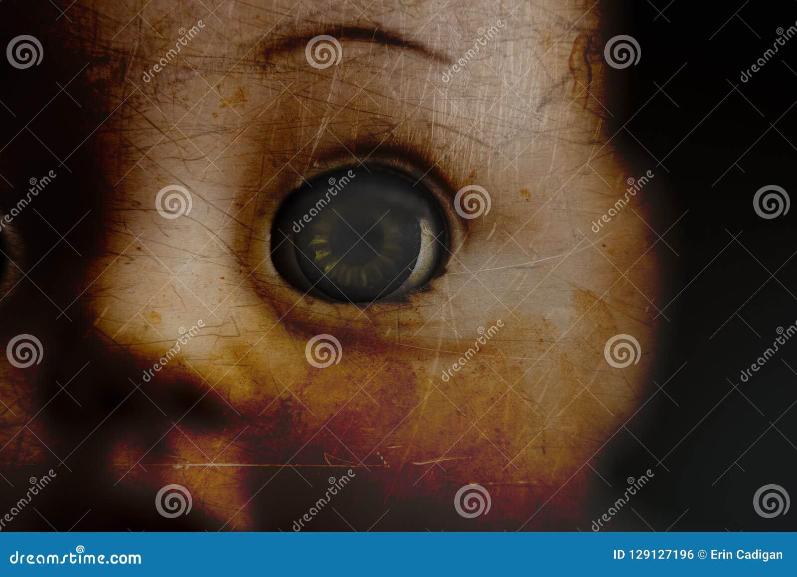 Close up assustador do olho da boneca