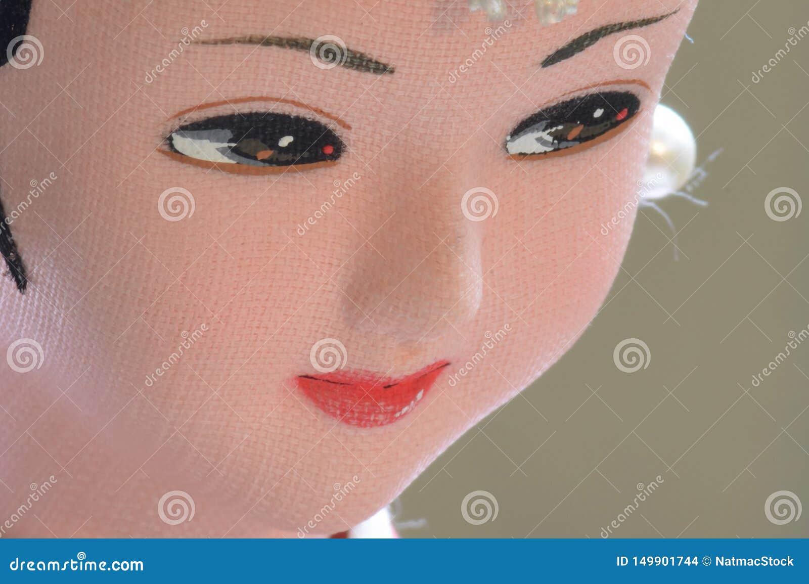 Close up da cara da boneca coreana tradicional da mulher