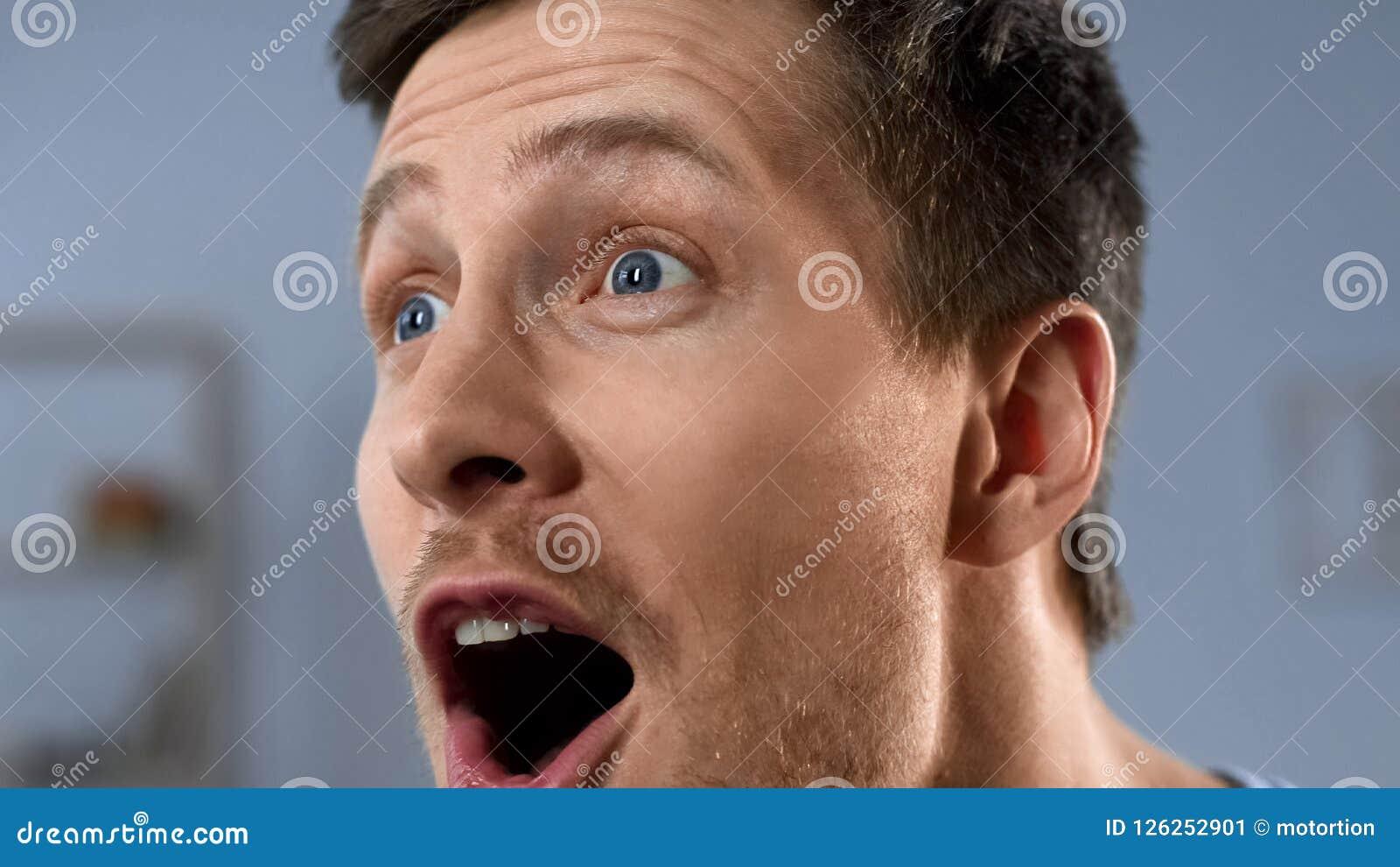 Close up da cara masculina feliz, emoções positivas do fan de futebol, descoberta
