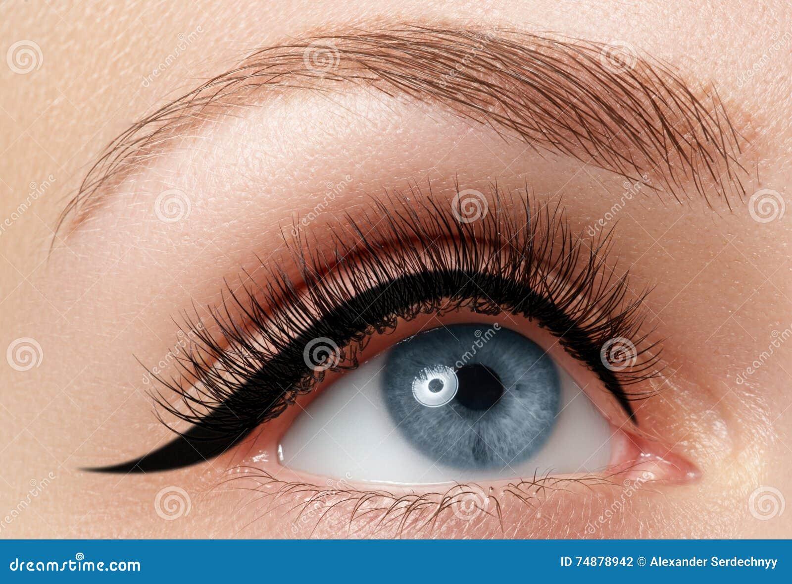 Close-up da elegância do olho fêmea bonito com sombra da forma