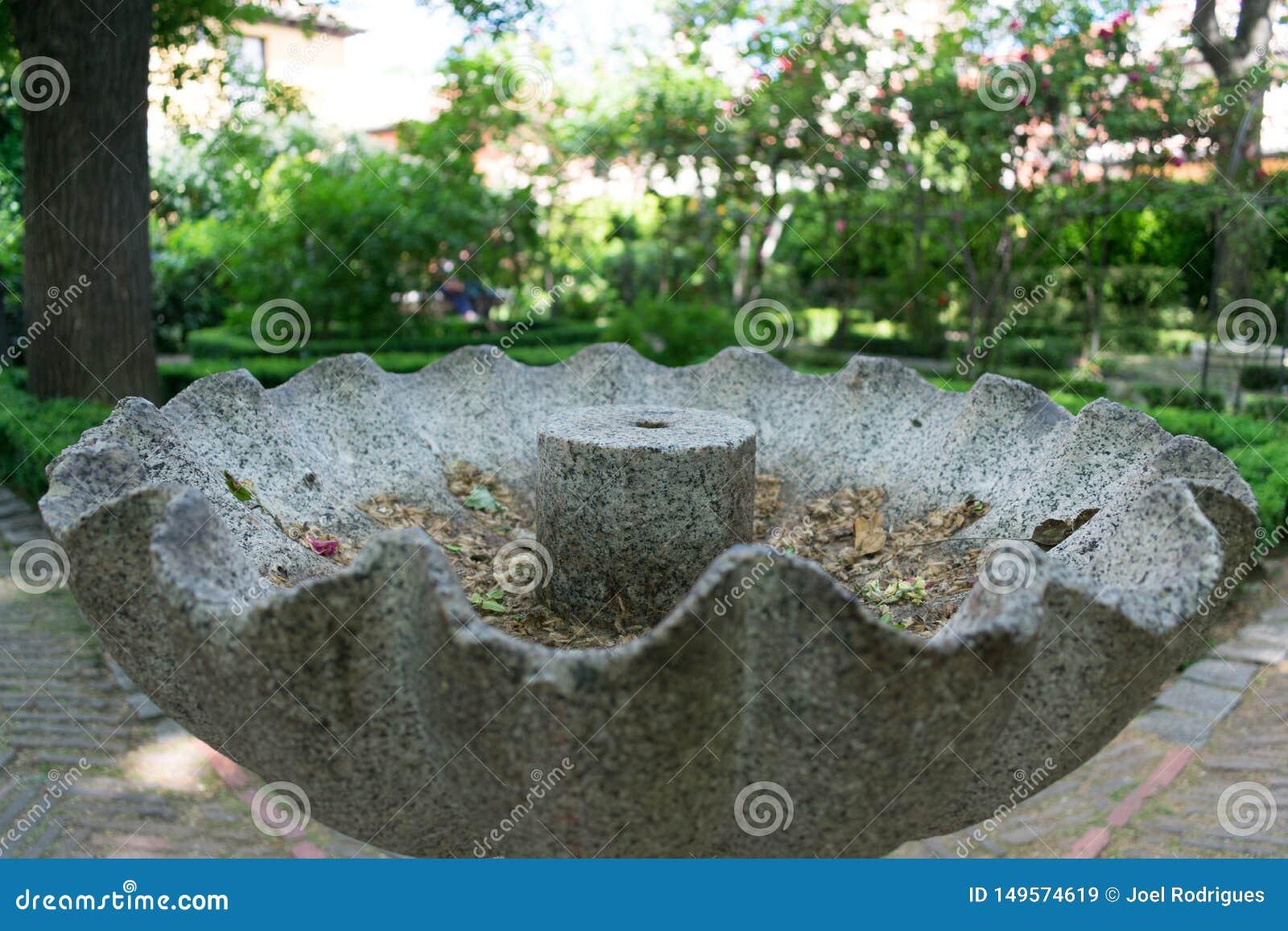 Close up da fonte de pedra cinzenta velha no parque