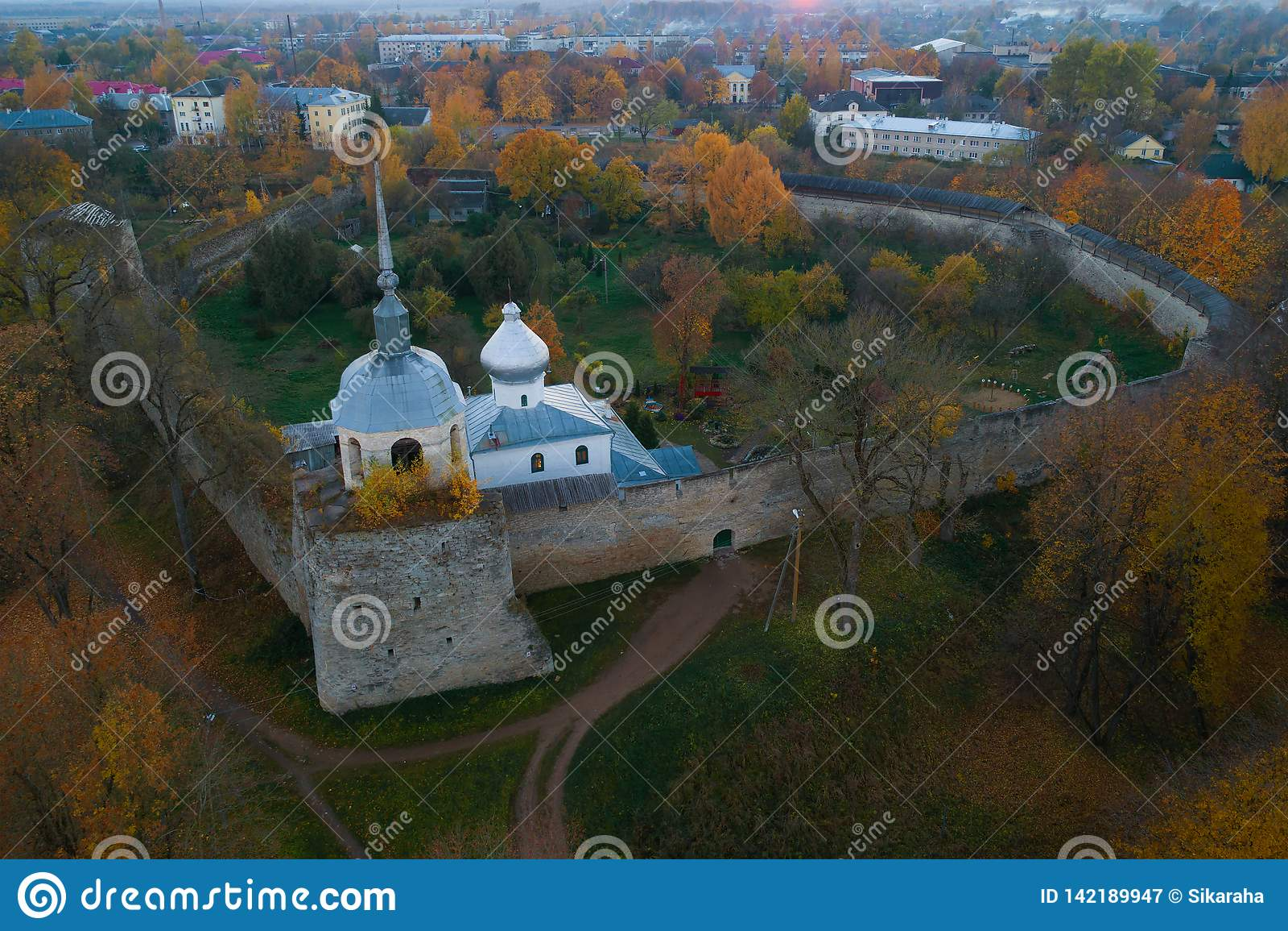 Close-up da fortaleza de Porkhov que nivela em outubro Região de Rskov, Rússia