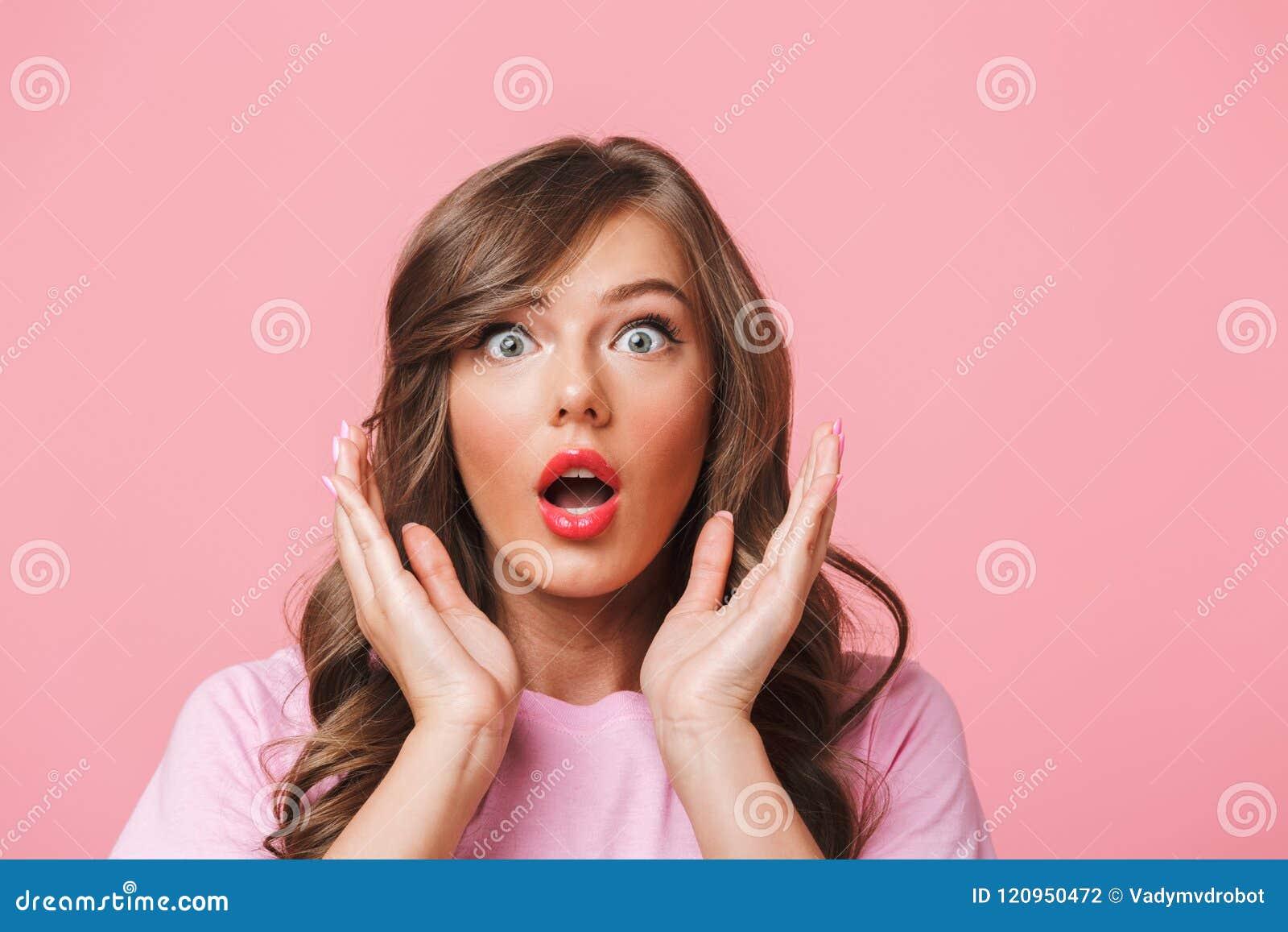 Close up da foto da mulher assustado com cabelo encaracolado longo em t-sh básico