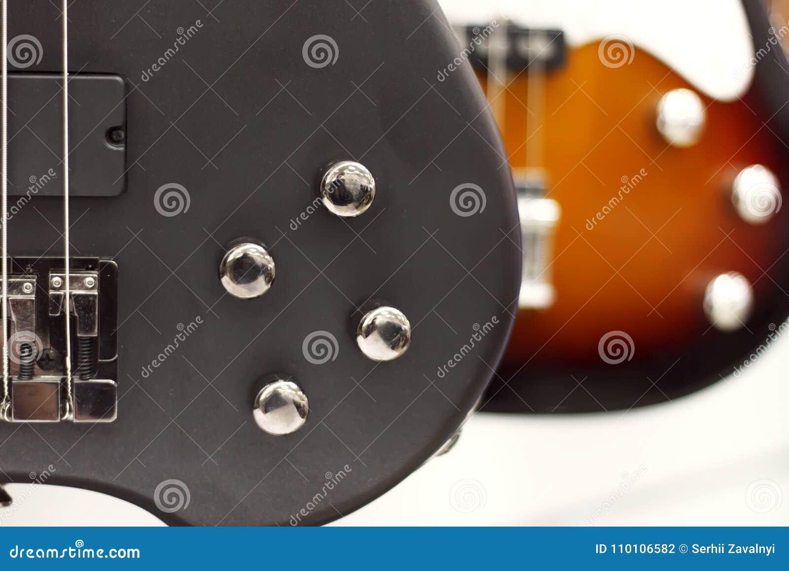 Close-up da guitarra elétrica com um foco macio da cor preta, controles de tom, volume