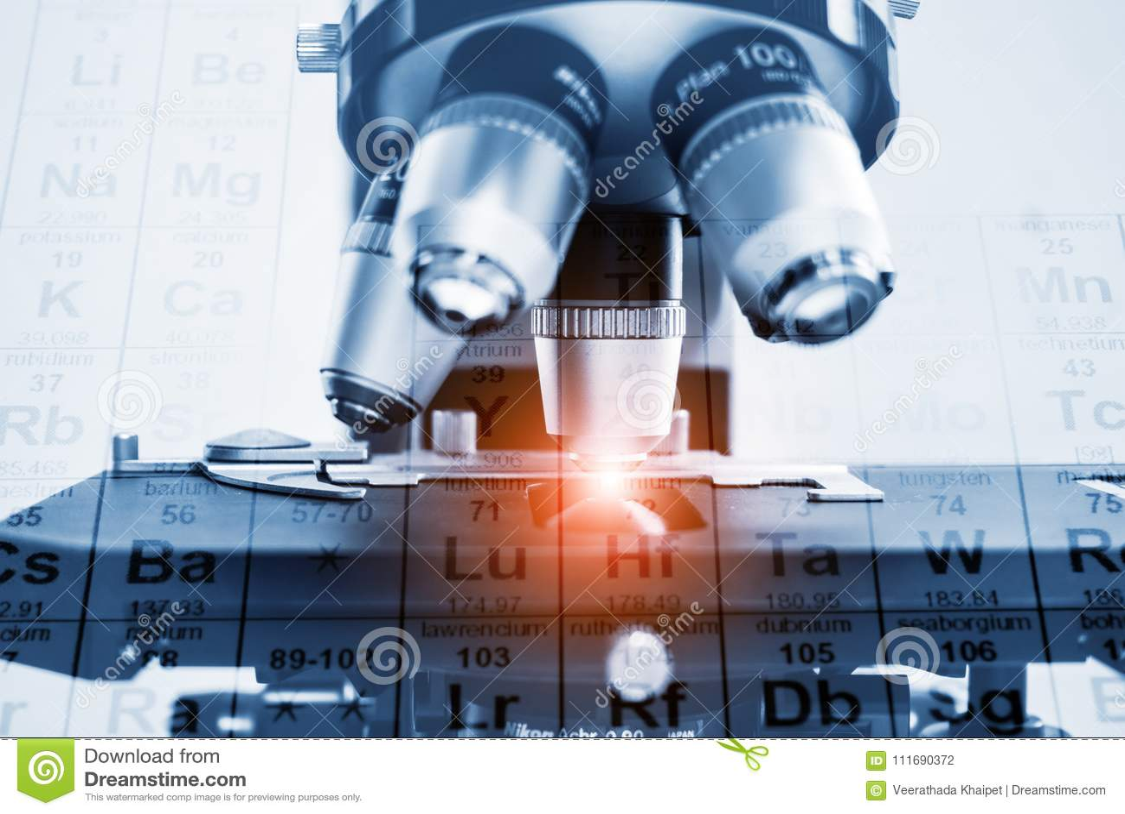 Close up da lente do microscópio conceito da investigação e desenvolvimento do laboratório de ciência