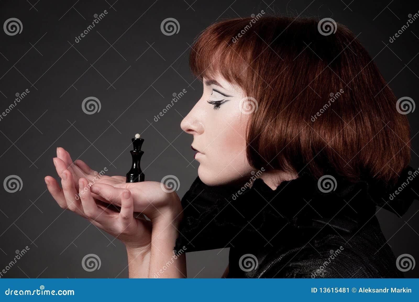 Close-up da menina bonita com composição da xadrez