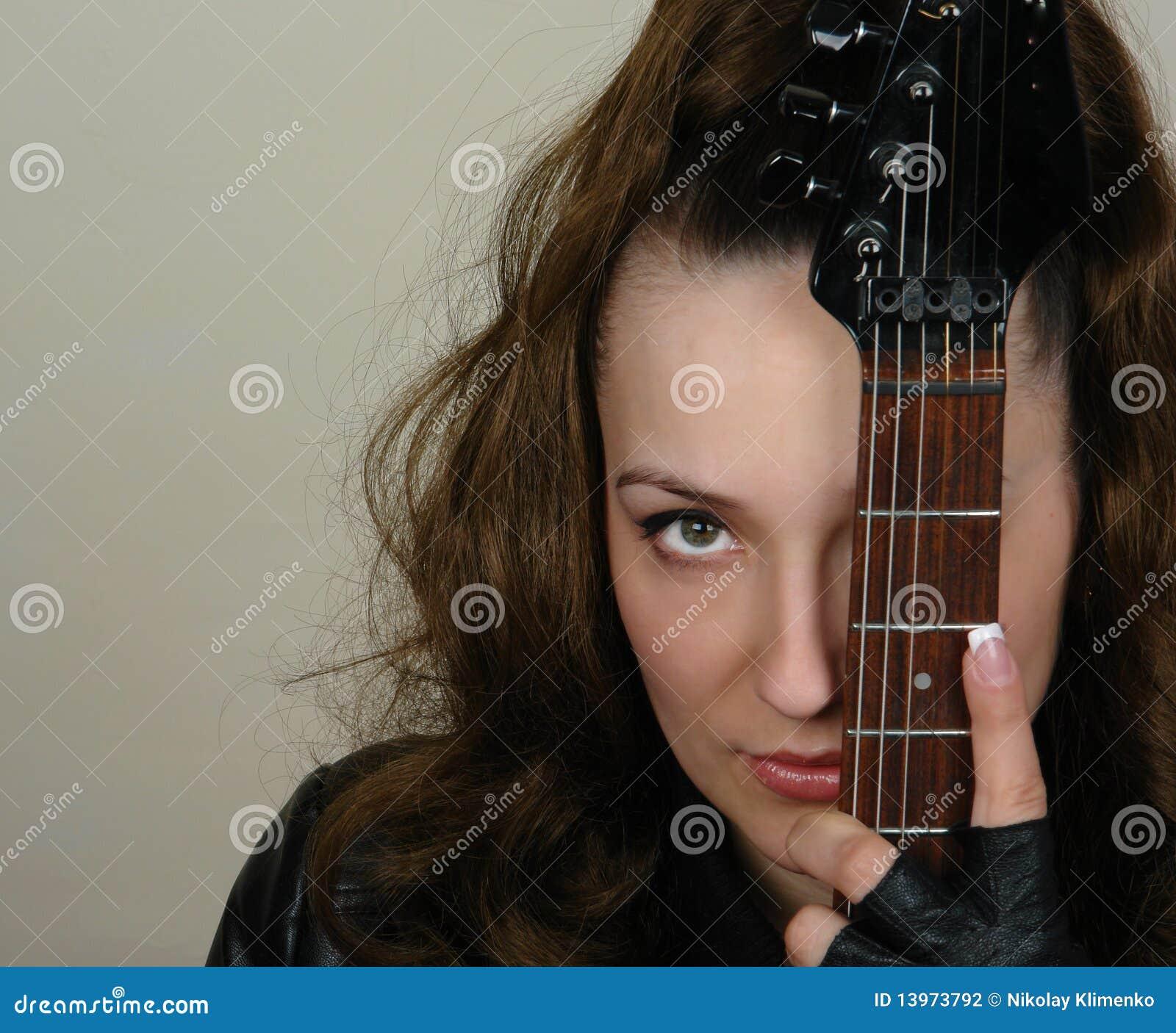 Close up da mulher e da guitarra