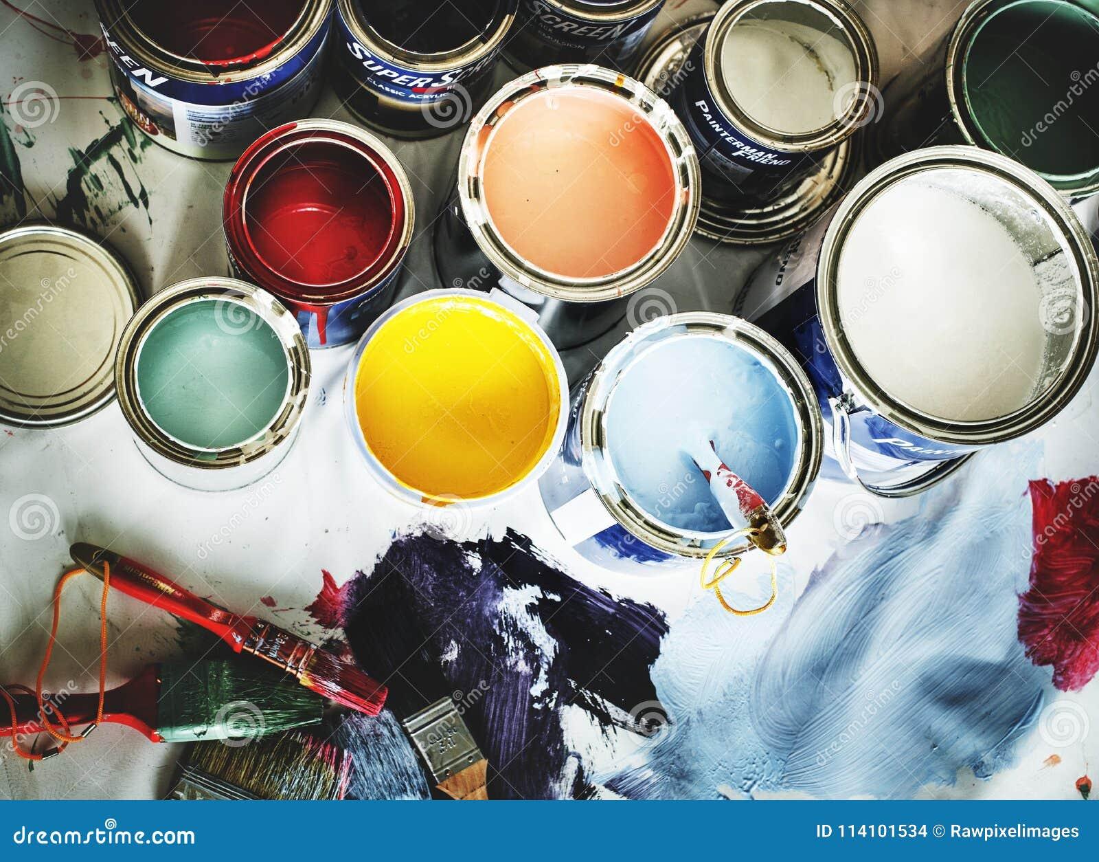 Close up da renovação da pintura de casa