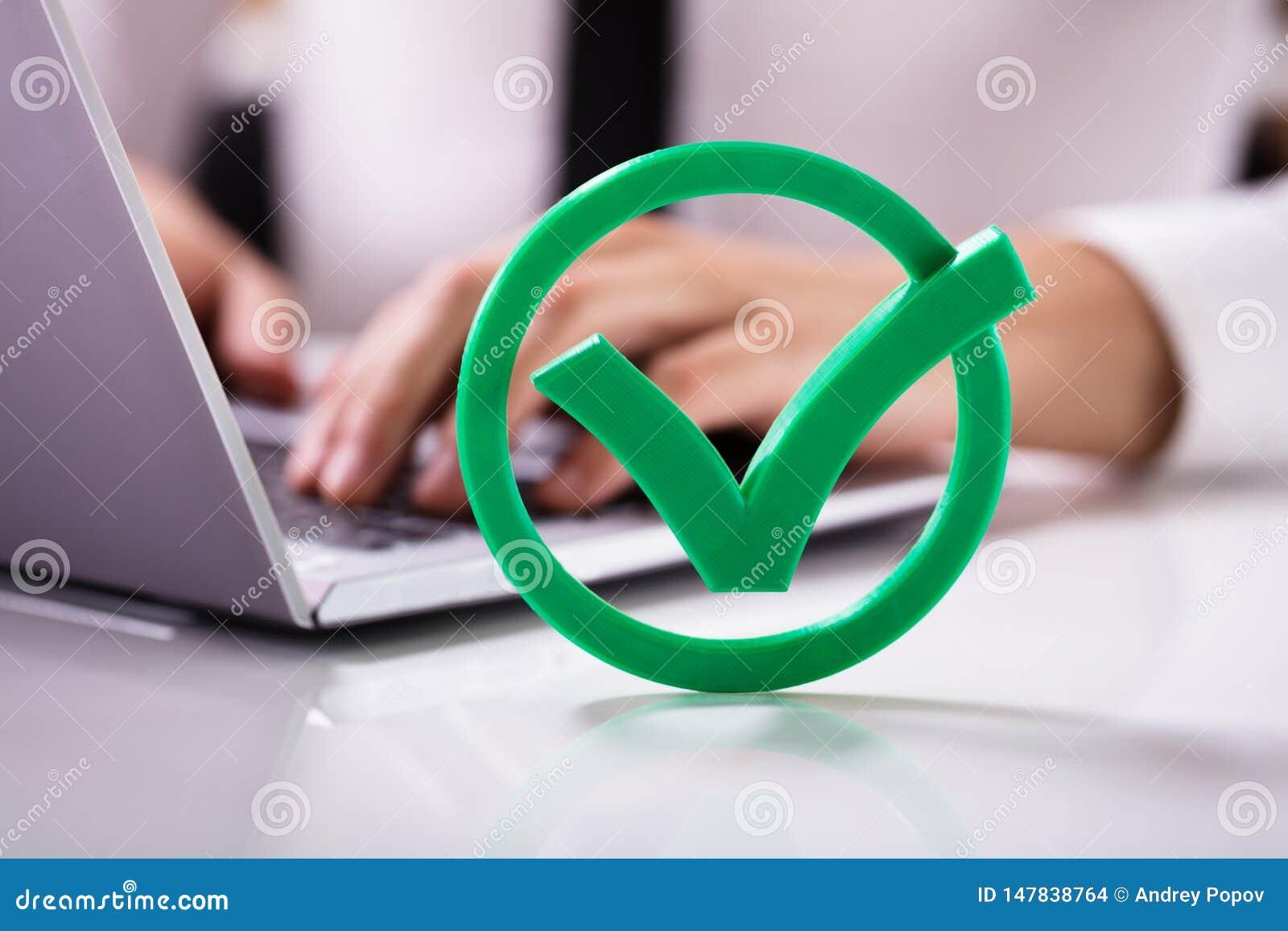 Close-up da verificação verde Mark Sign