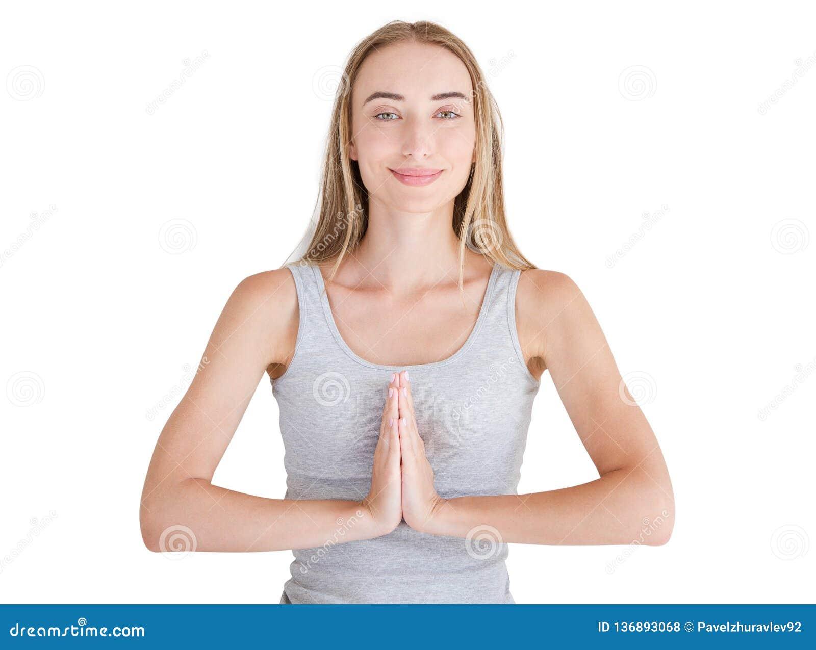 Close-up das mãos da mulher branca na roupa branca que medita dentro, foco nos braços no gesto de Namaste Conceito saudável do es