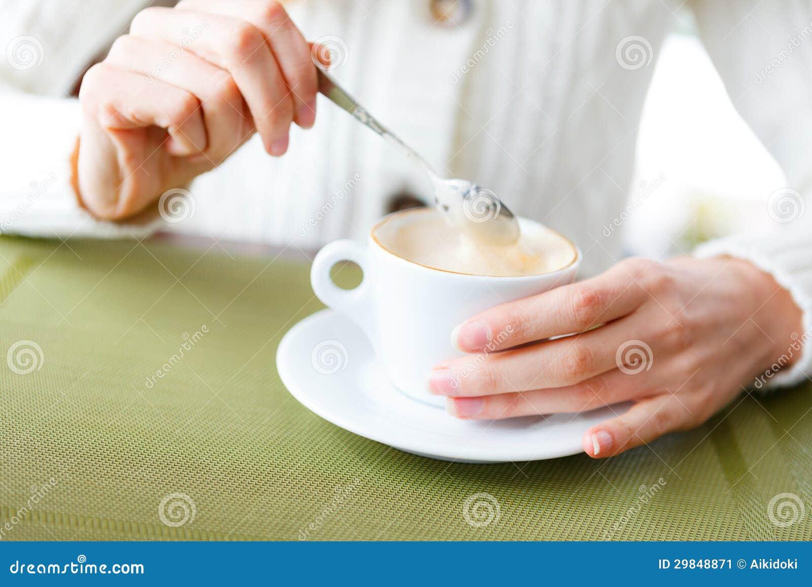 Close up das mãos do café e da mulher do copo. Menina em uma café-ruptura
