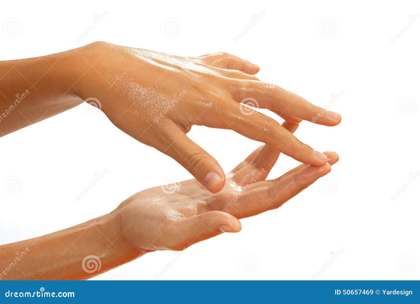 Close-up das mãos fêmeas ao aplicar o óleo
