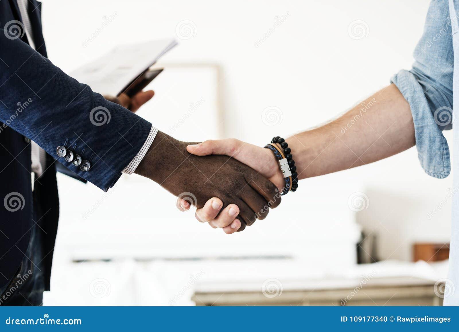 Close up das mãos que agitam junto