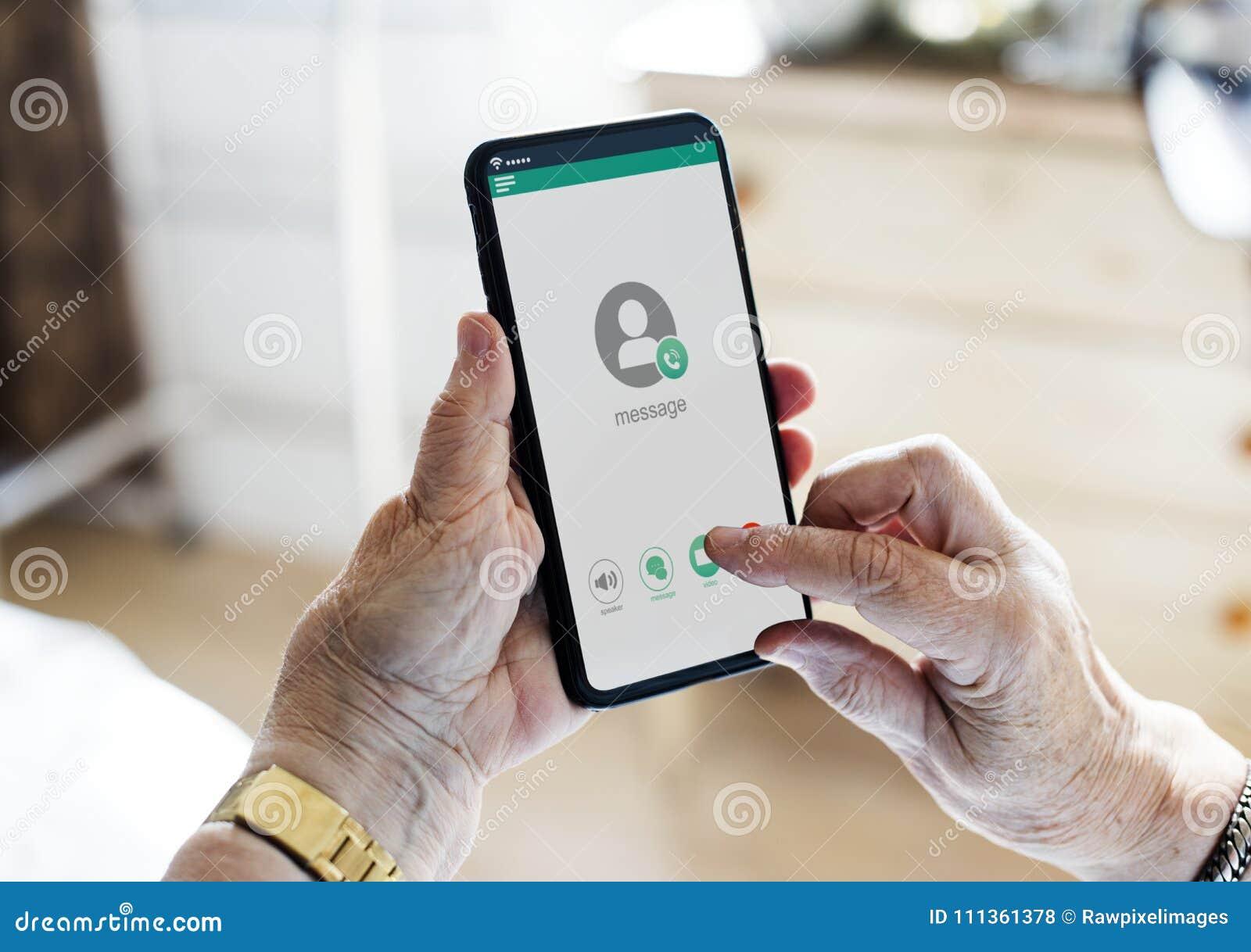 Close up das mãos usando o telefone celular