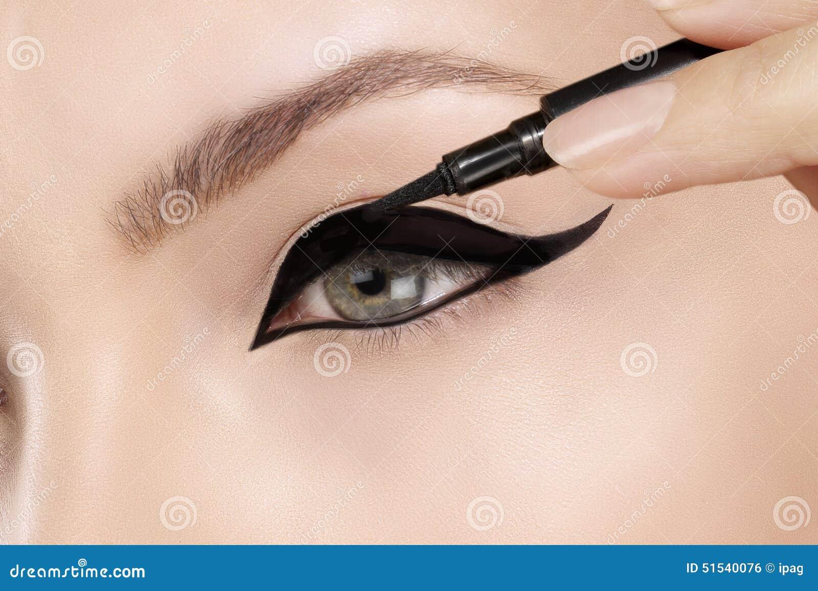 Close up de aplicação modelo bonito do lápis de olho no olho