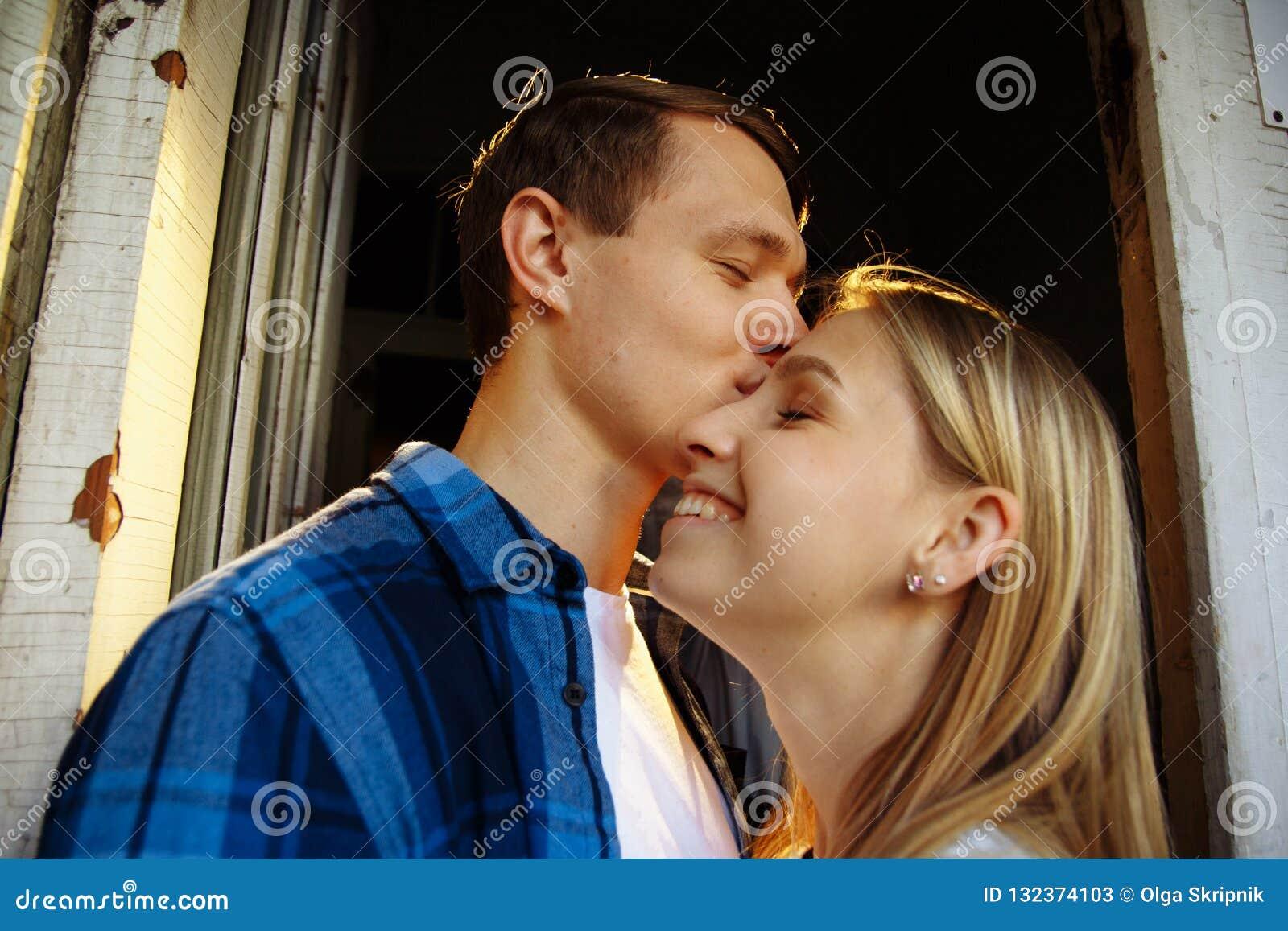 Close-up de beijar e de abraçar pares em velho, entrada, família data, atração Felicidade da família