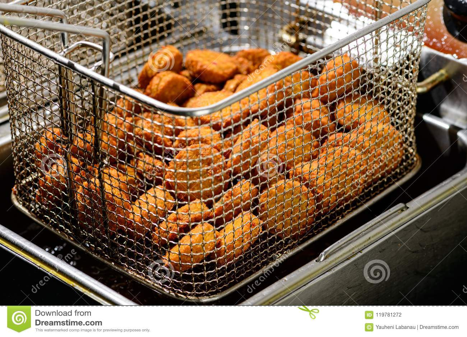 Close-up de bolas deliciosas do Falafel na frigideira profunda