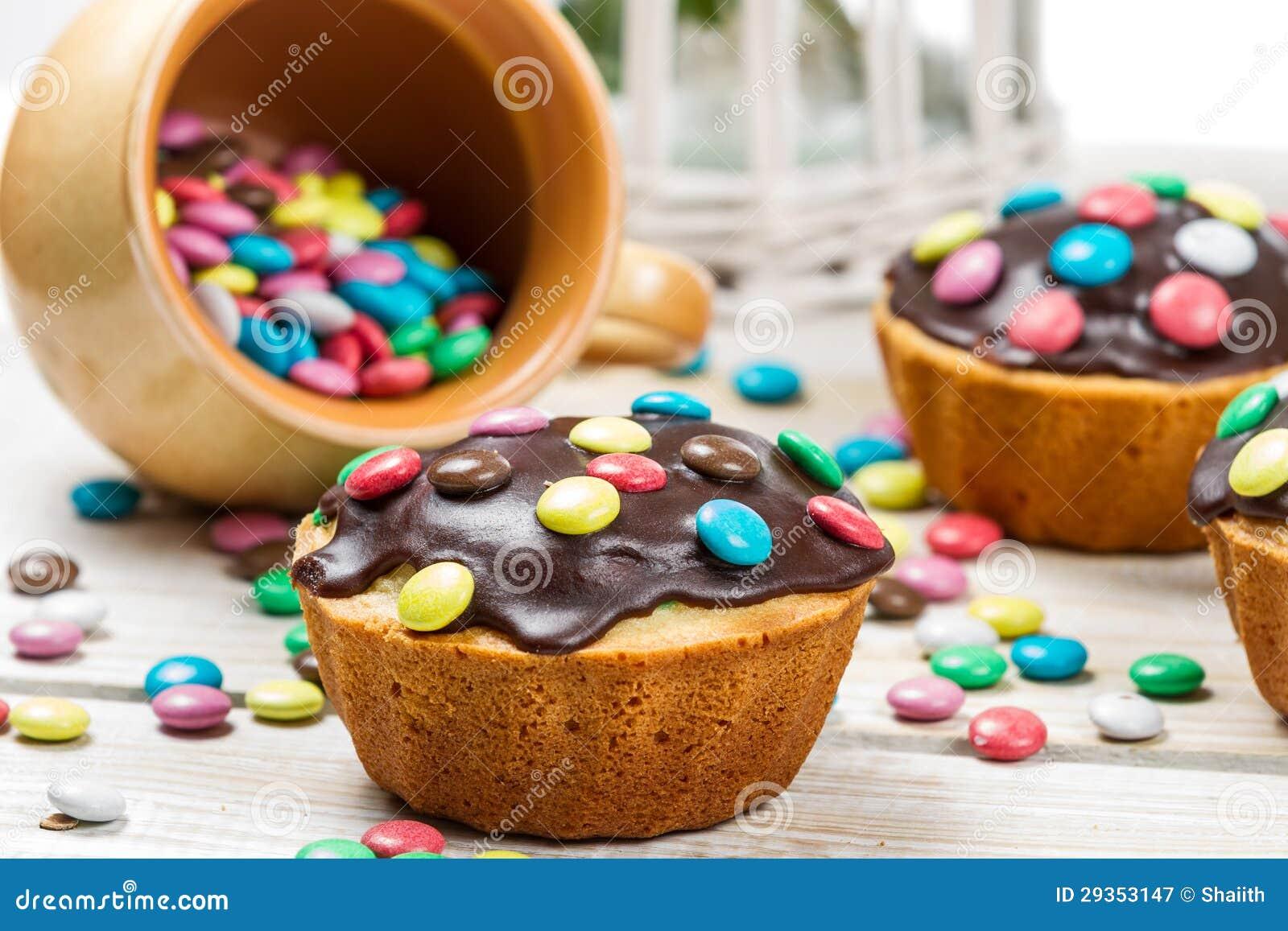 Close up de decorar queques de easter com doces