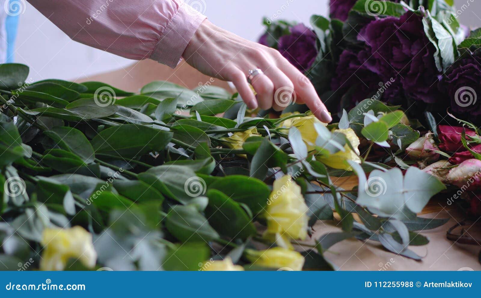 Close-up: de mooie gele bloemen van de bloemisttelling - eustoms De winkel van de bloem