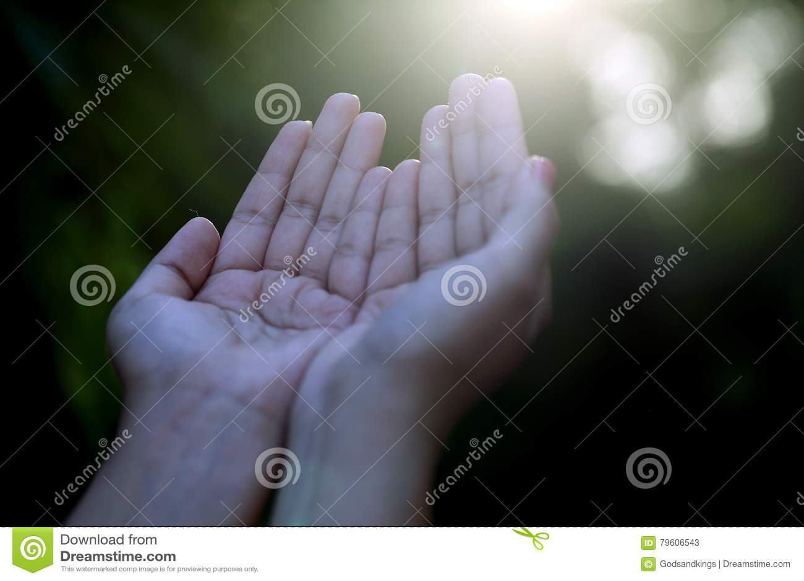 Close up de rezar as mãos