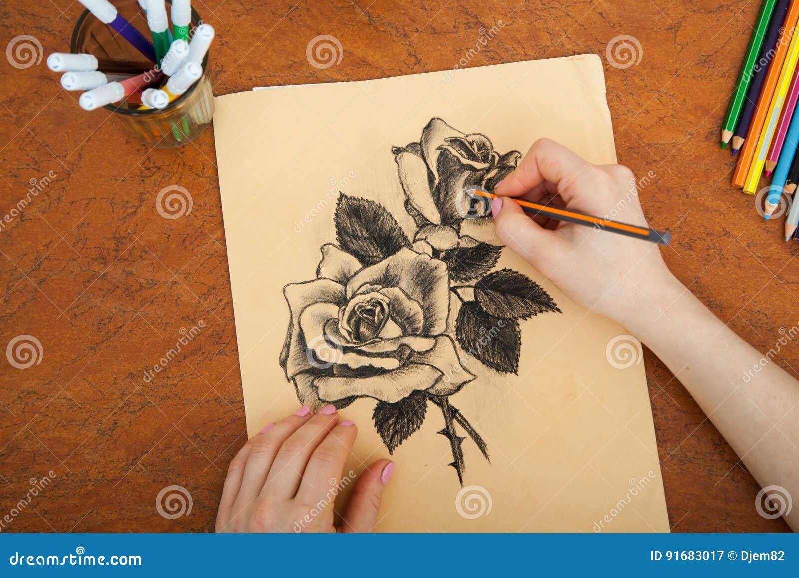 Close up de rosas do desenho na mesa