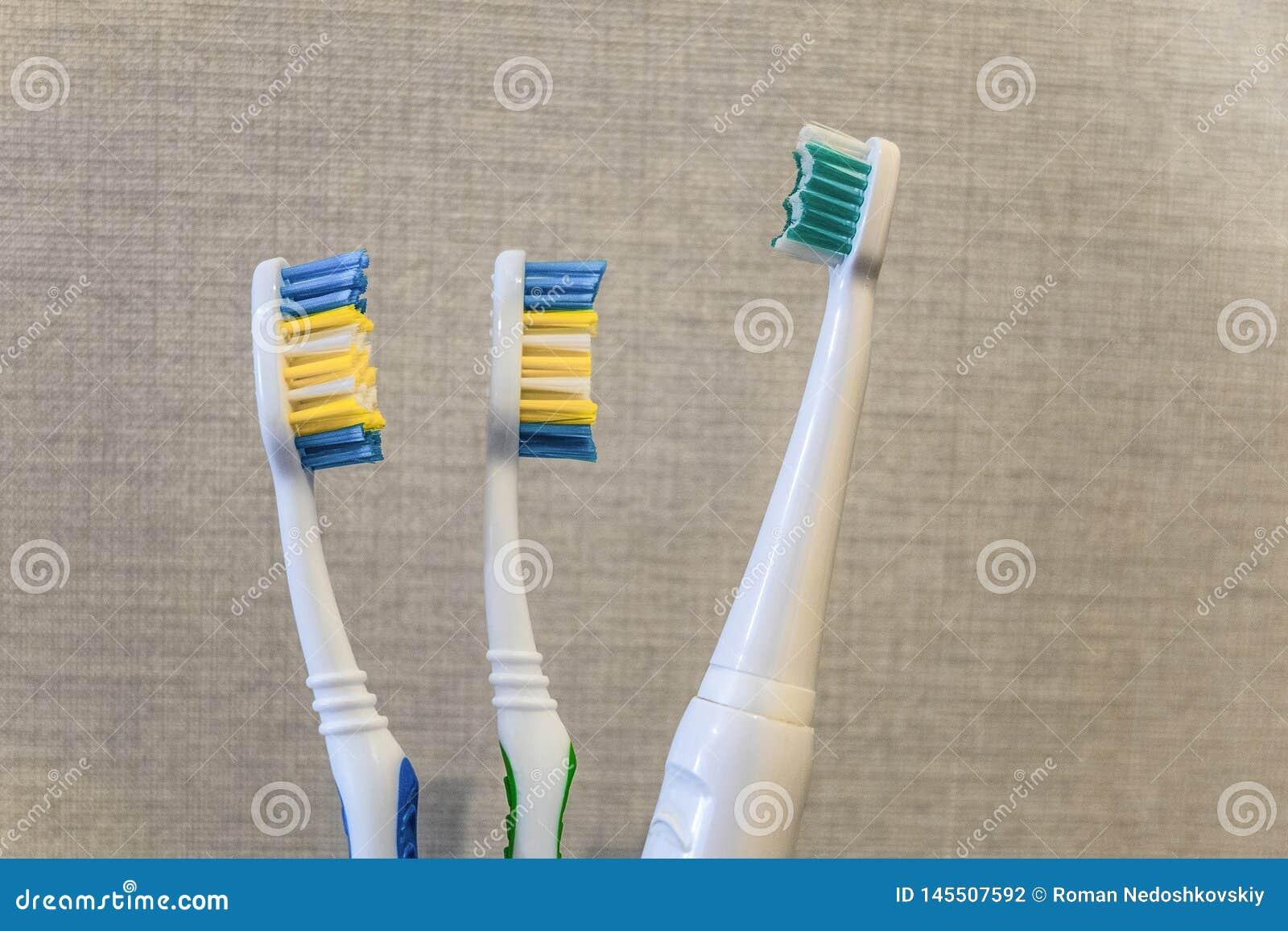 Close-up de tr?s escovas de dentes Cuidados dent?rios da fam?lia