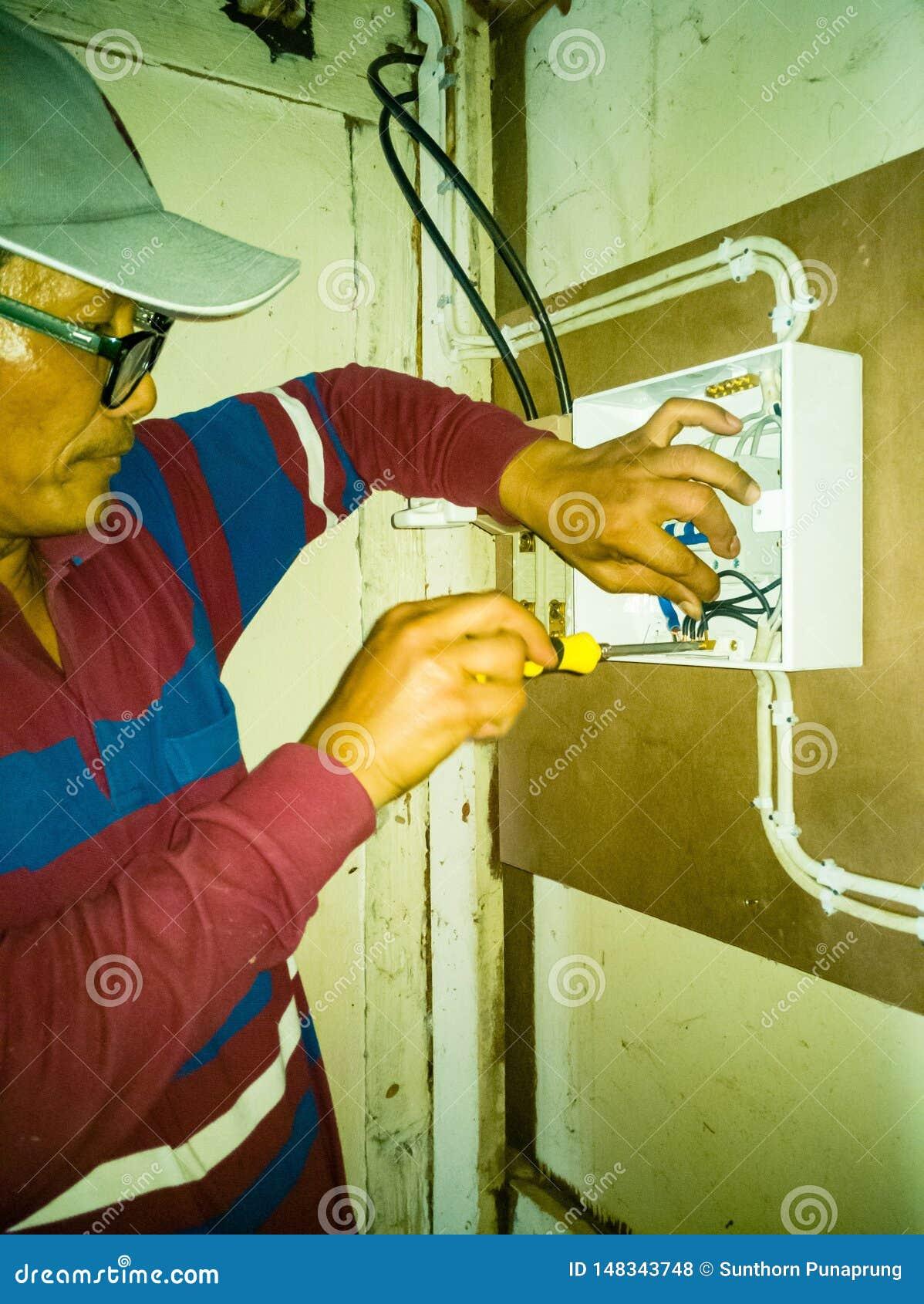 Close up de trabalhos do eletricista