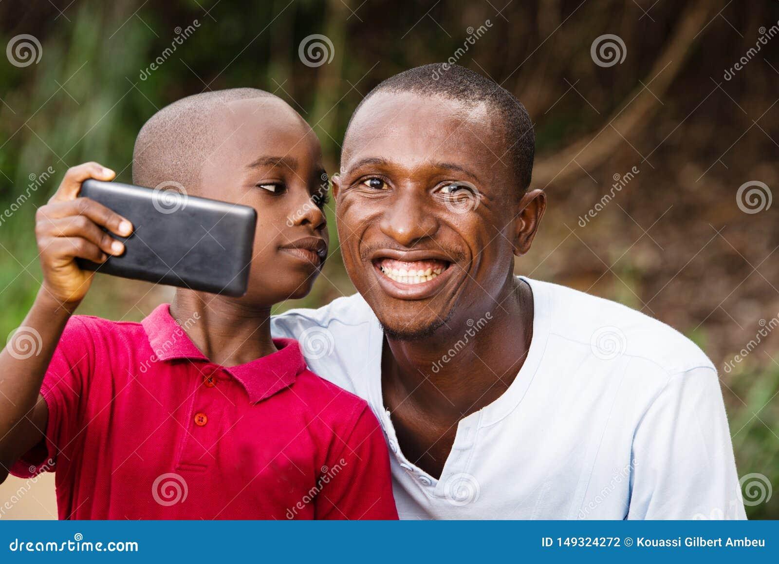 Close-up de um homem e de sua crian?a, feliz