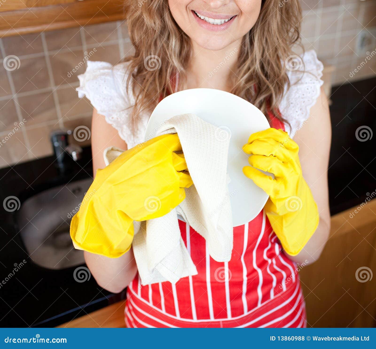 Close-up de um prato de secagem da mulher