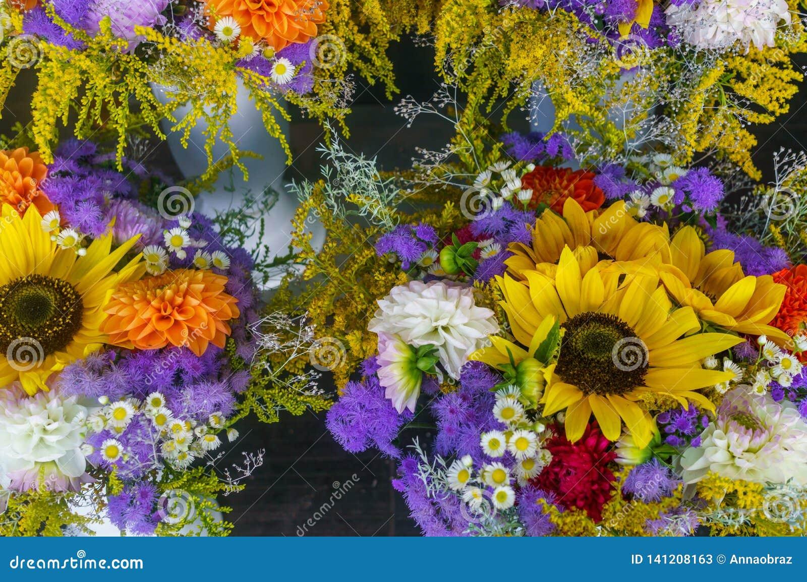 Close-up de um ramalhete colorido de flores diferentes