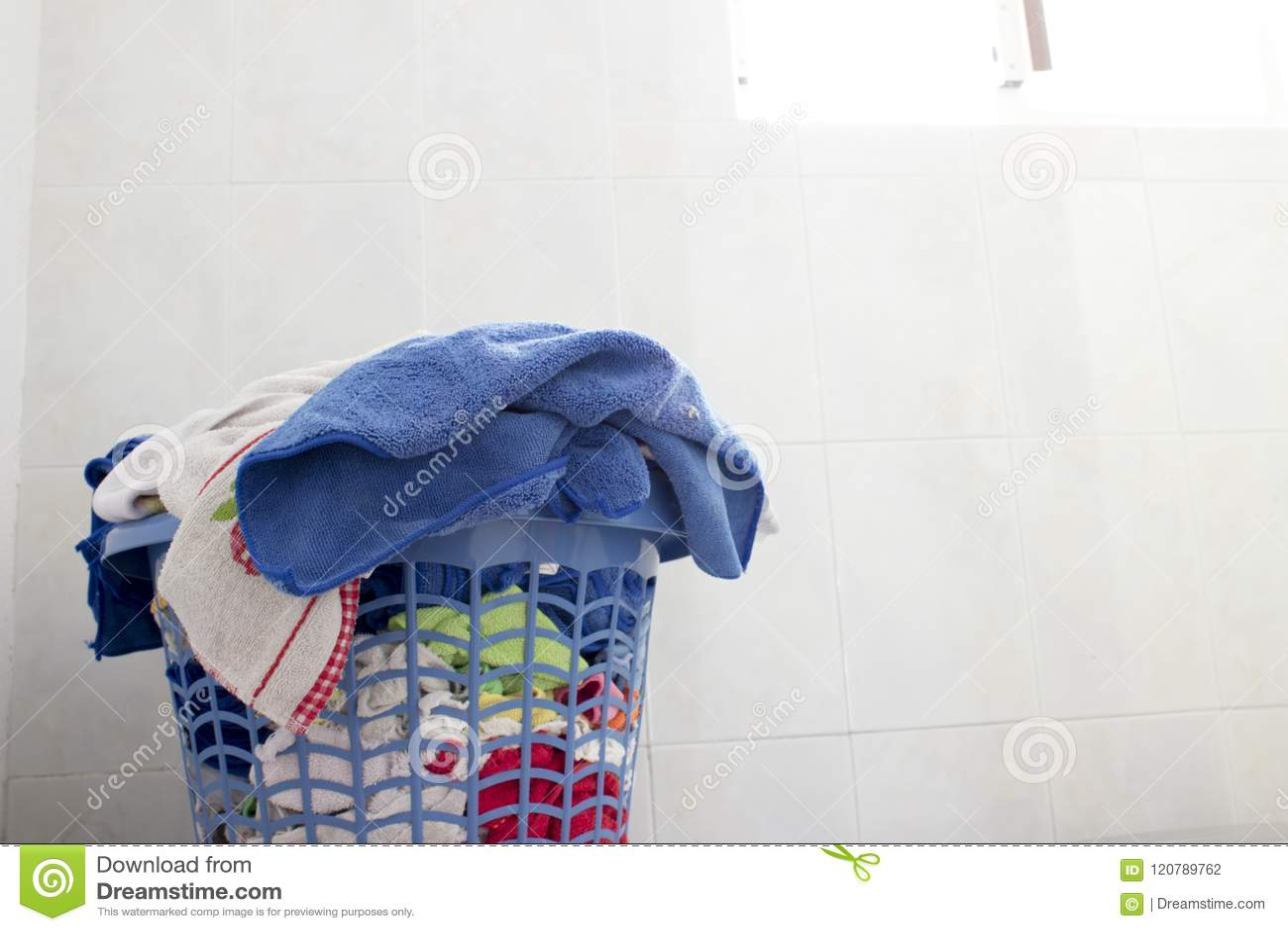 Close-up de uma cesta de lavanderia limpa na lavanderia